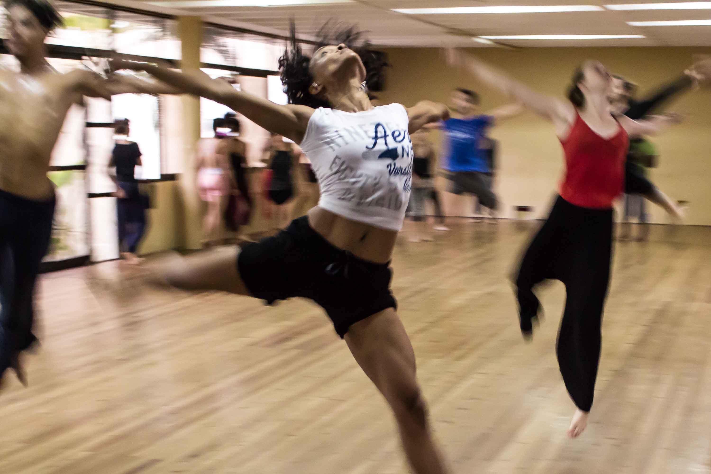 Grupo de personas practicando aerobic en sala de gimnasio