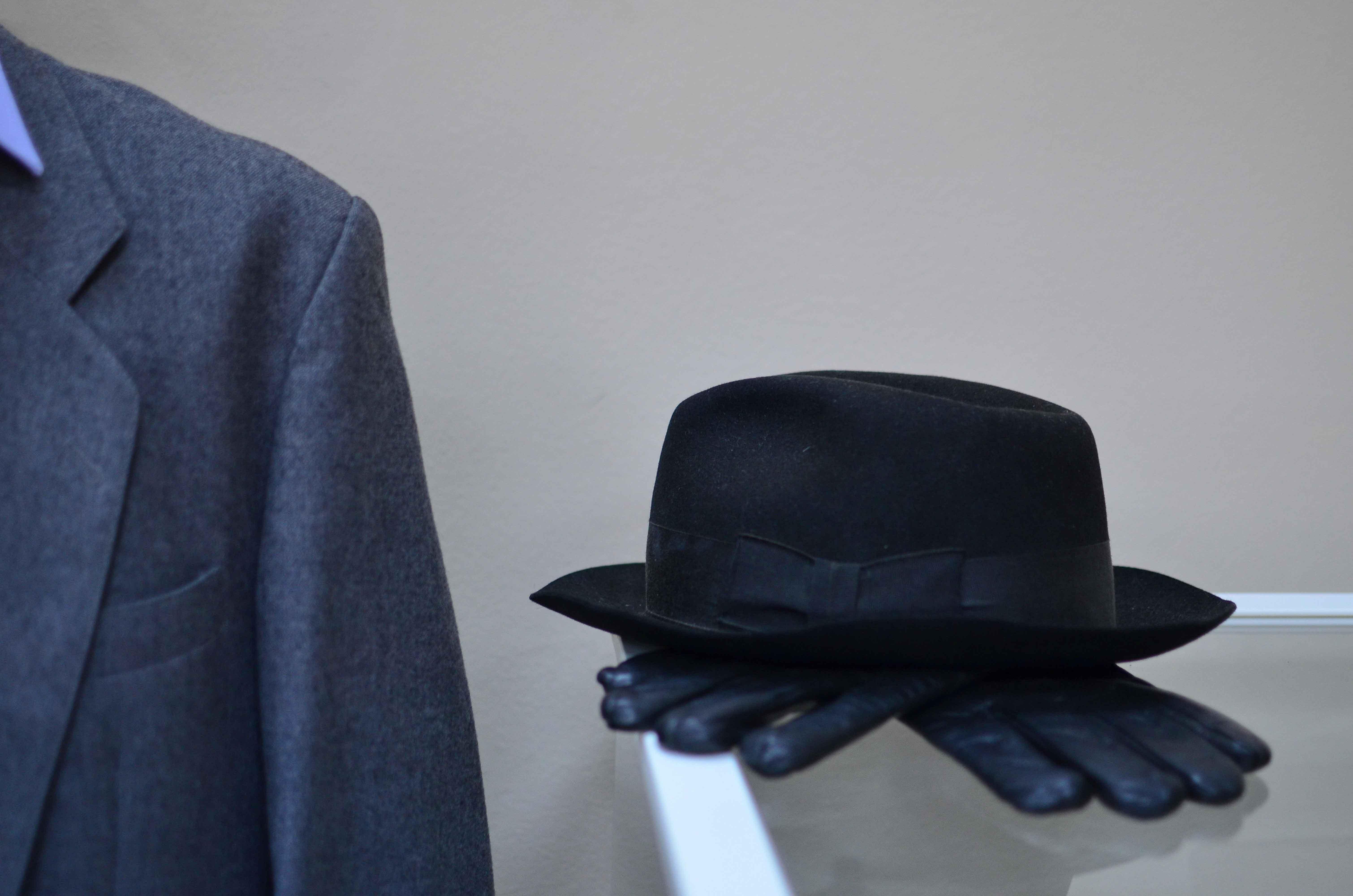 Sombrero y guantes negros