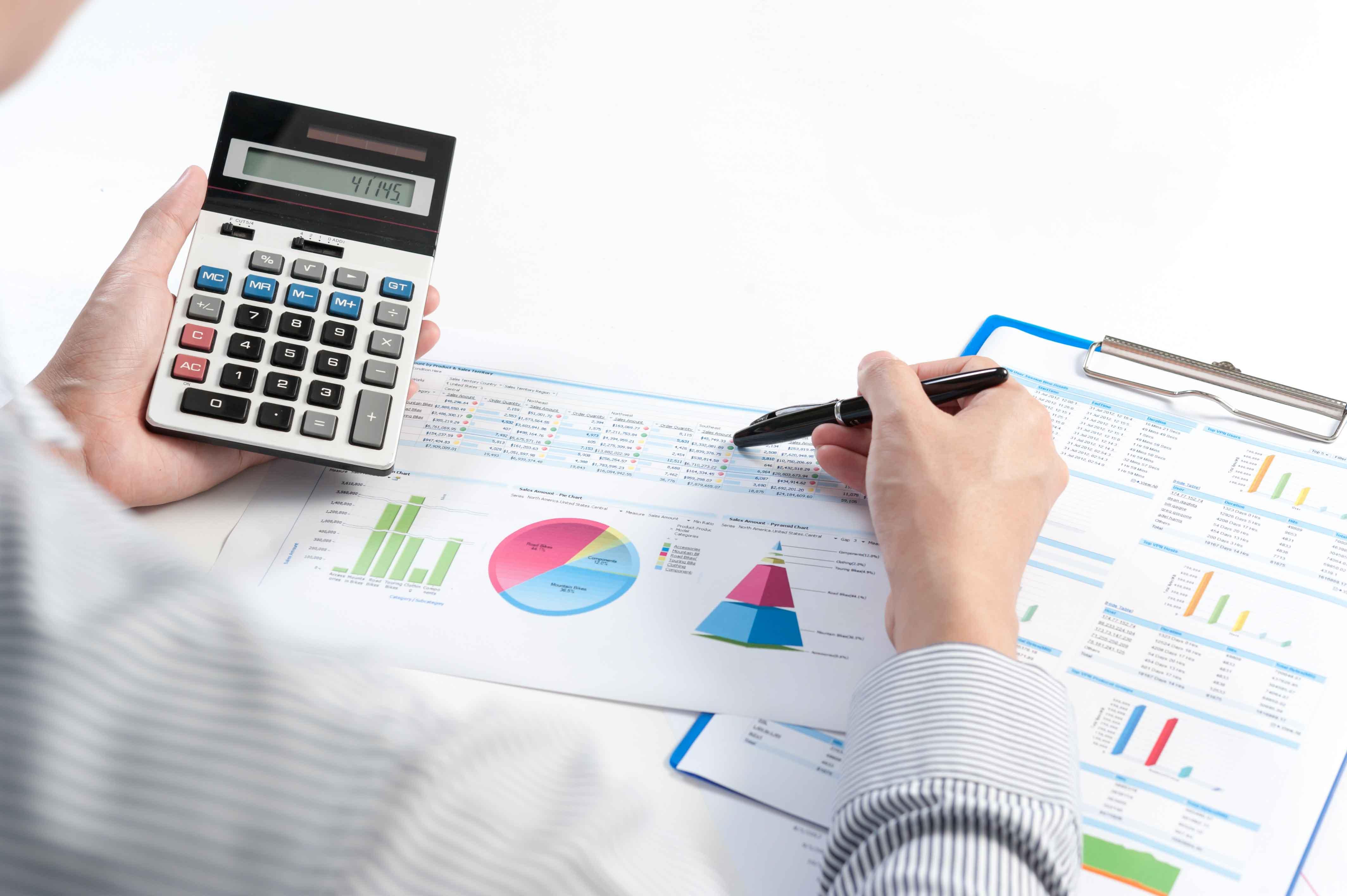 Mesa con informes contables y calculadora