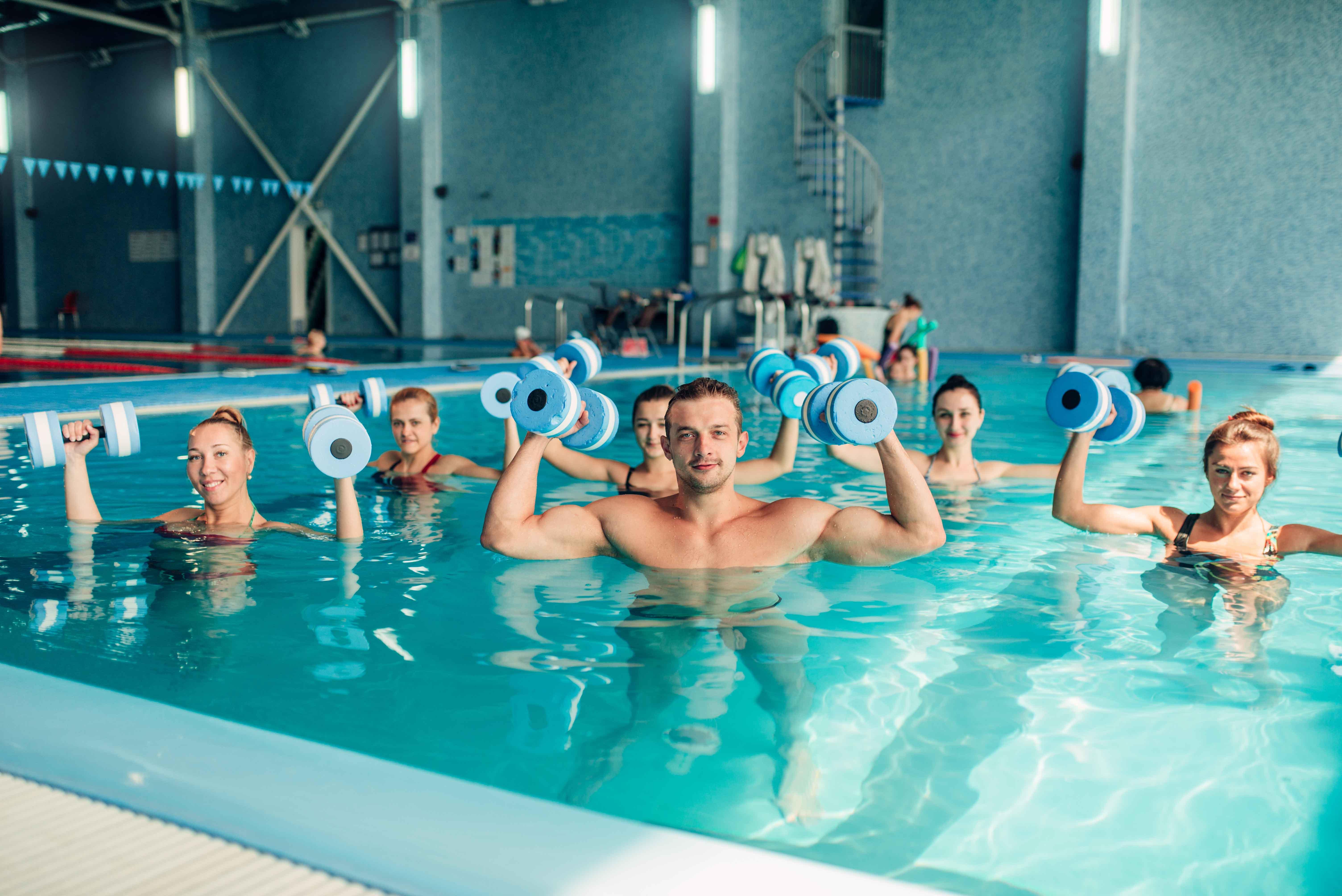 Gente practicando fitness en piscina