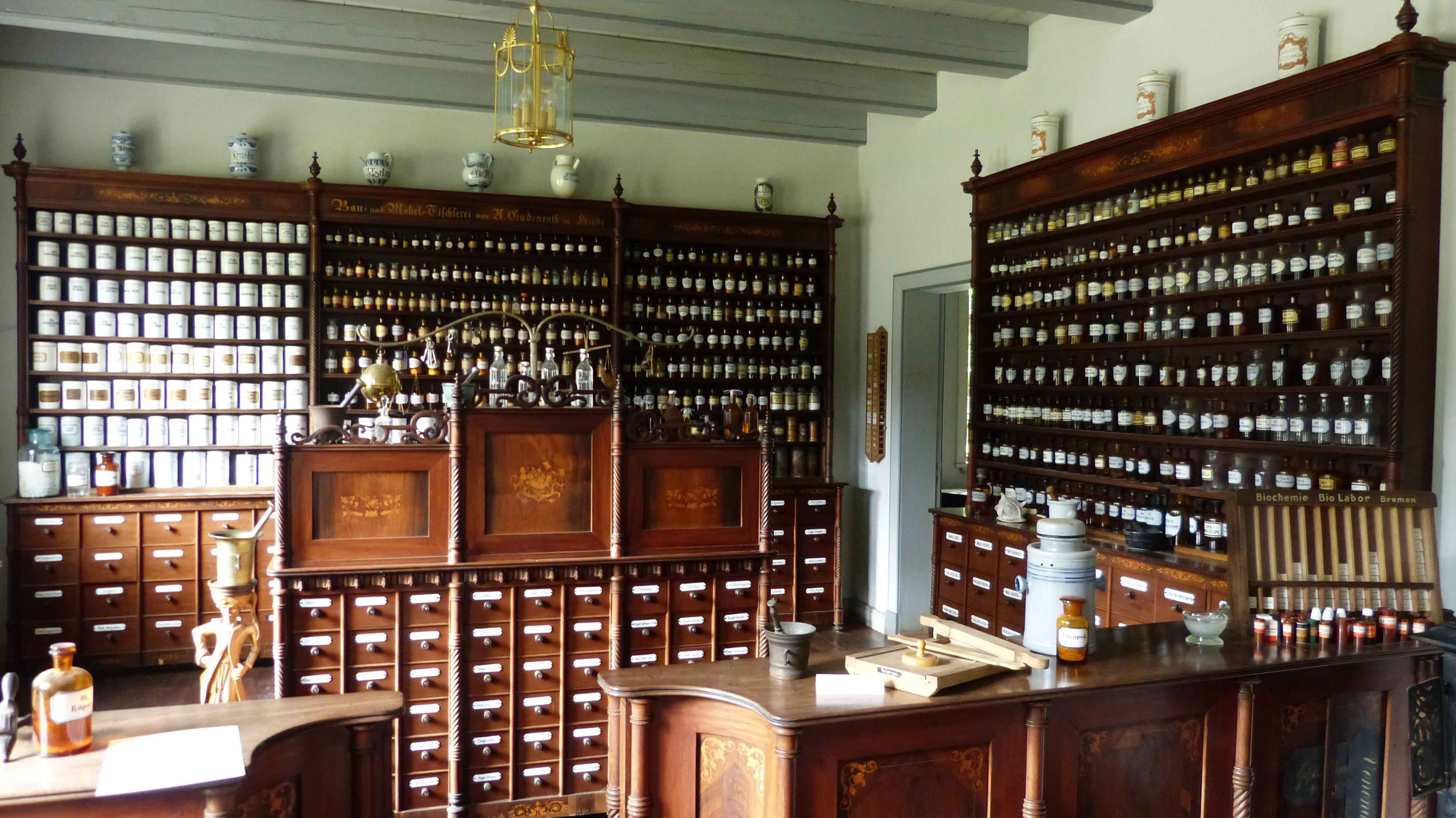 Interior de farmacia antigua con muebles de madera