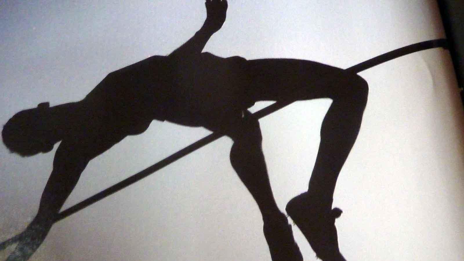 Silueta de hombre realizando salto de altura