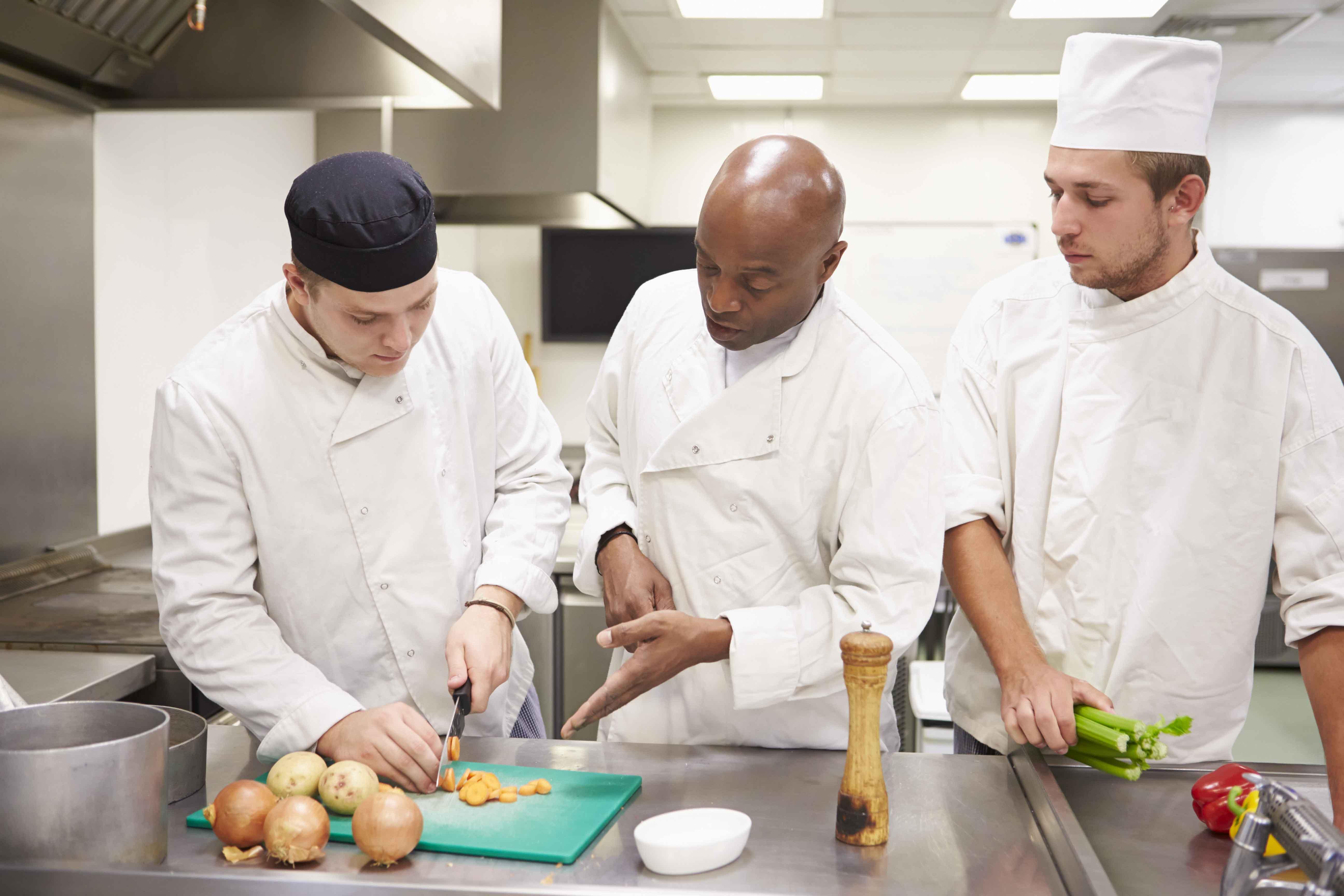 Chef con ayudantes de cocina