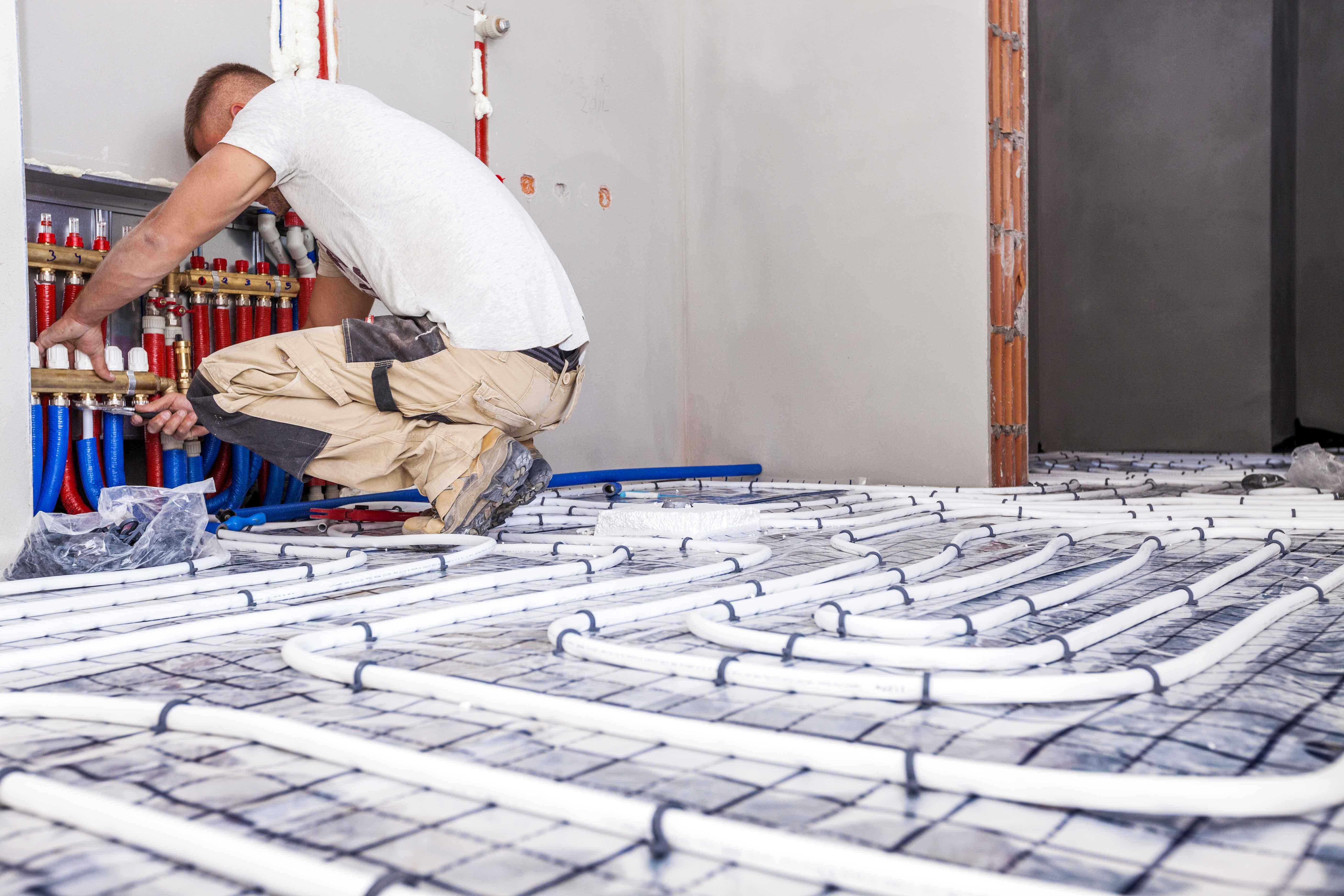 Hombre trabajando en suelo de vivienda