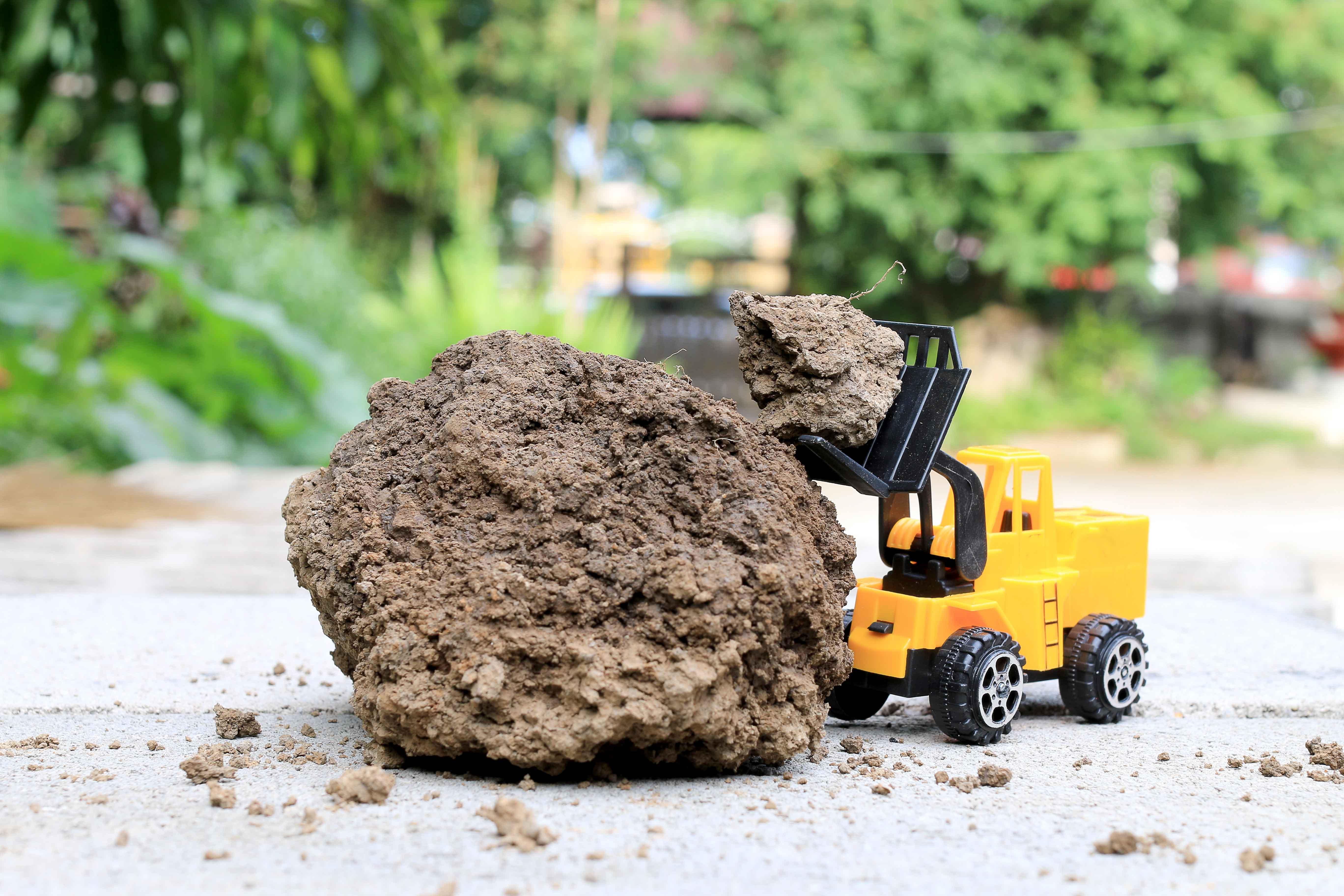 Cargadora de juguete cargando tierra