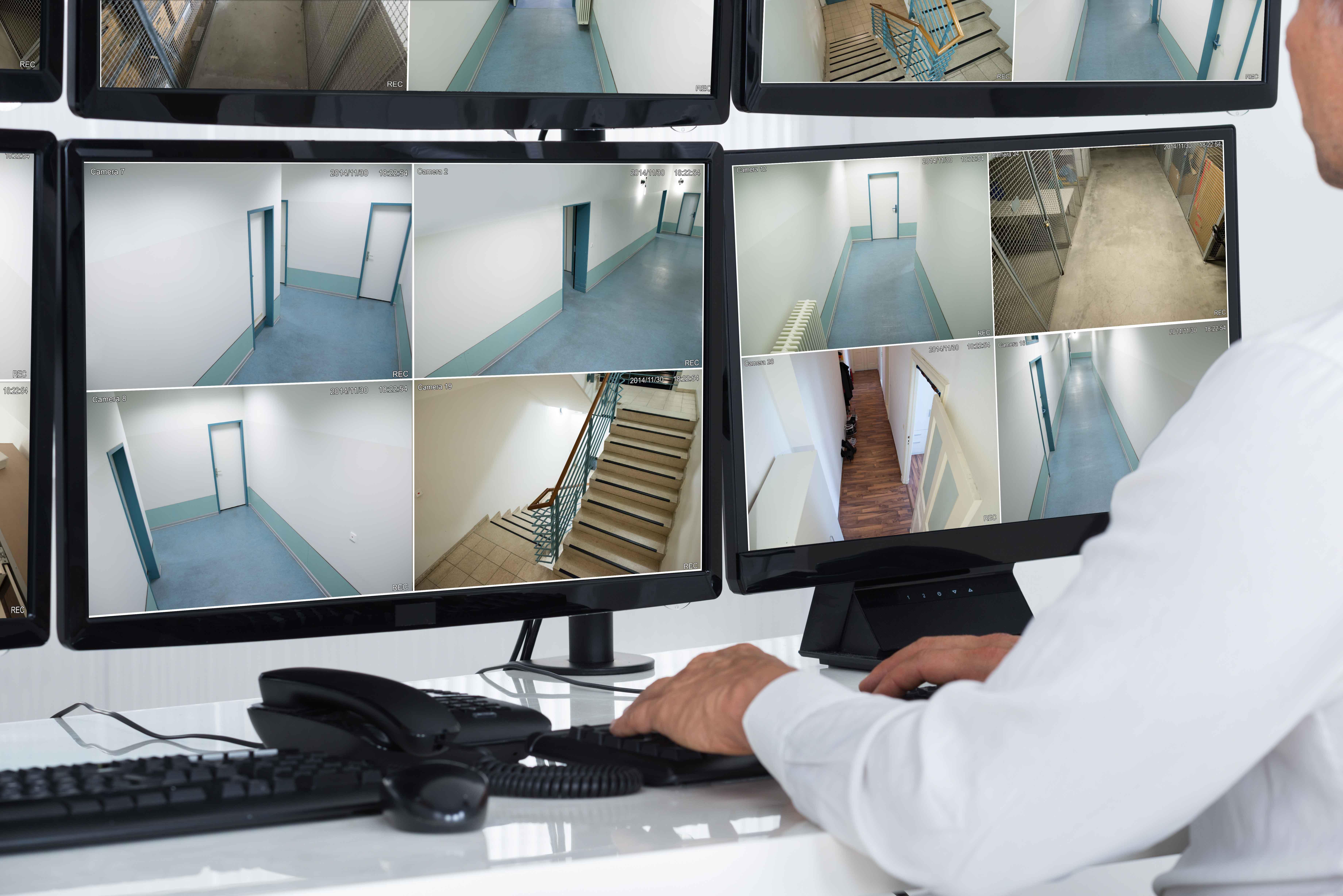 Pantalla de ordenador con imágenes de cámaras de seguridad