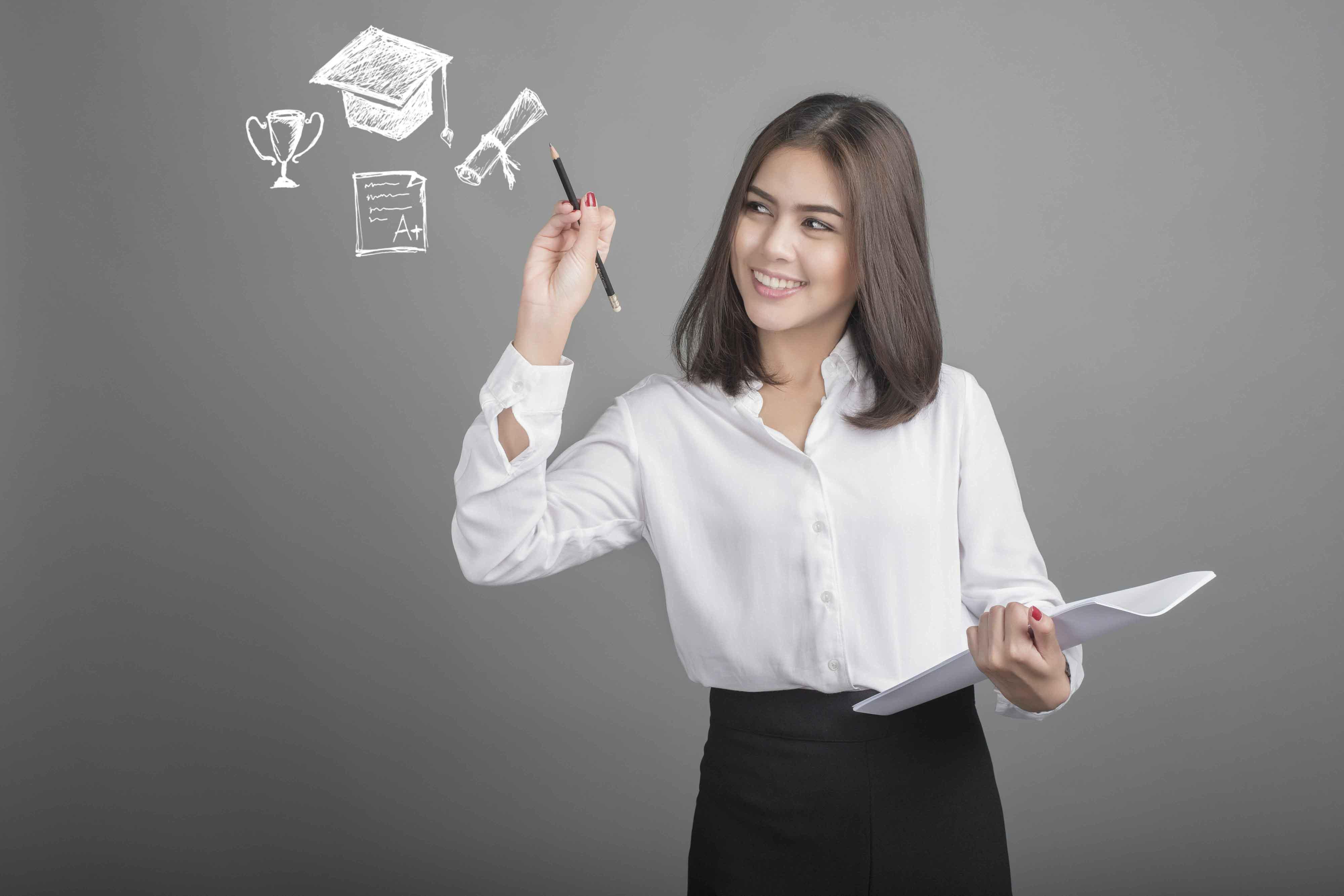 Chica pensando y dibujos de elementos académicos al lado de su cabeza