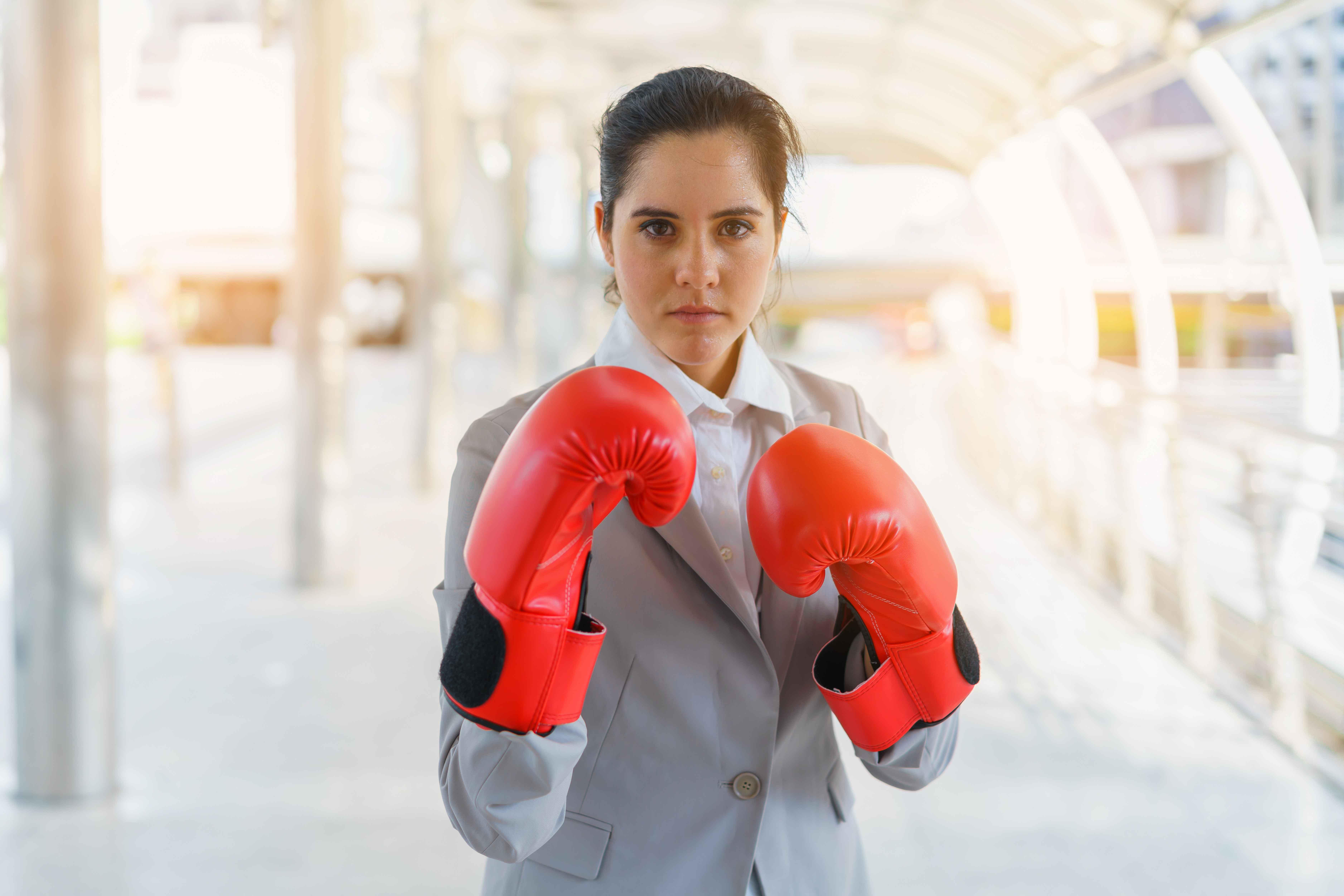 Ejecutiva con guantes de boxeo