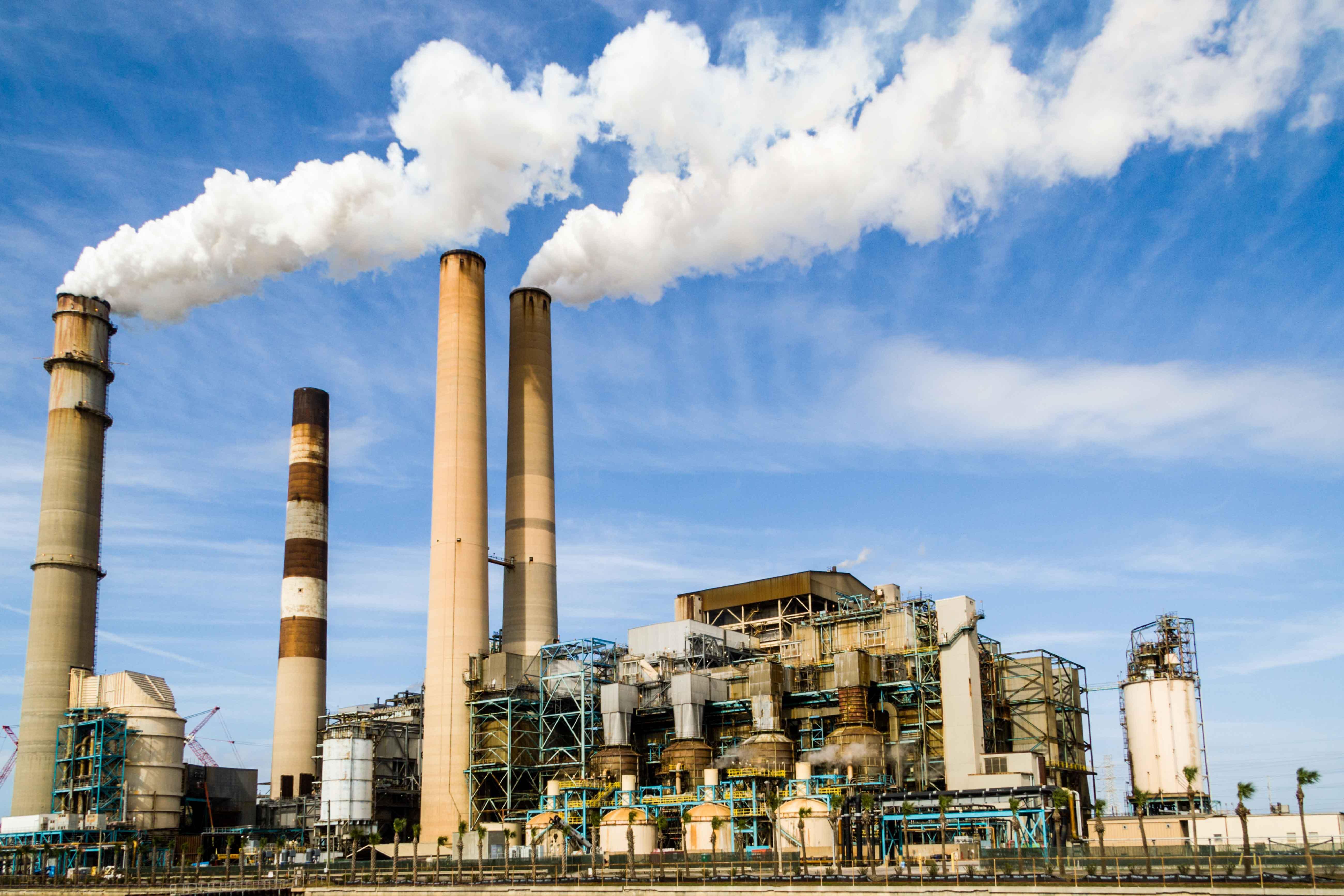 Fábrica emitiendo humos