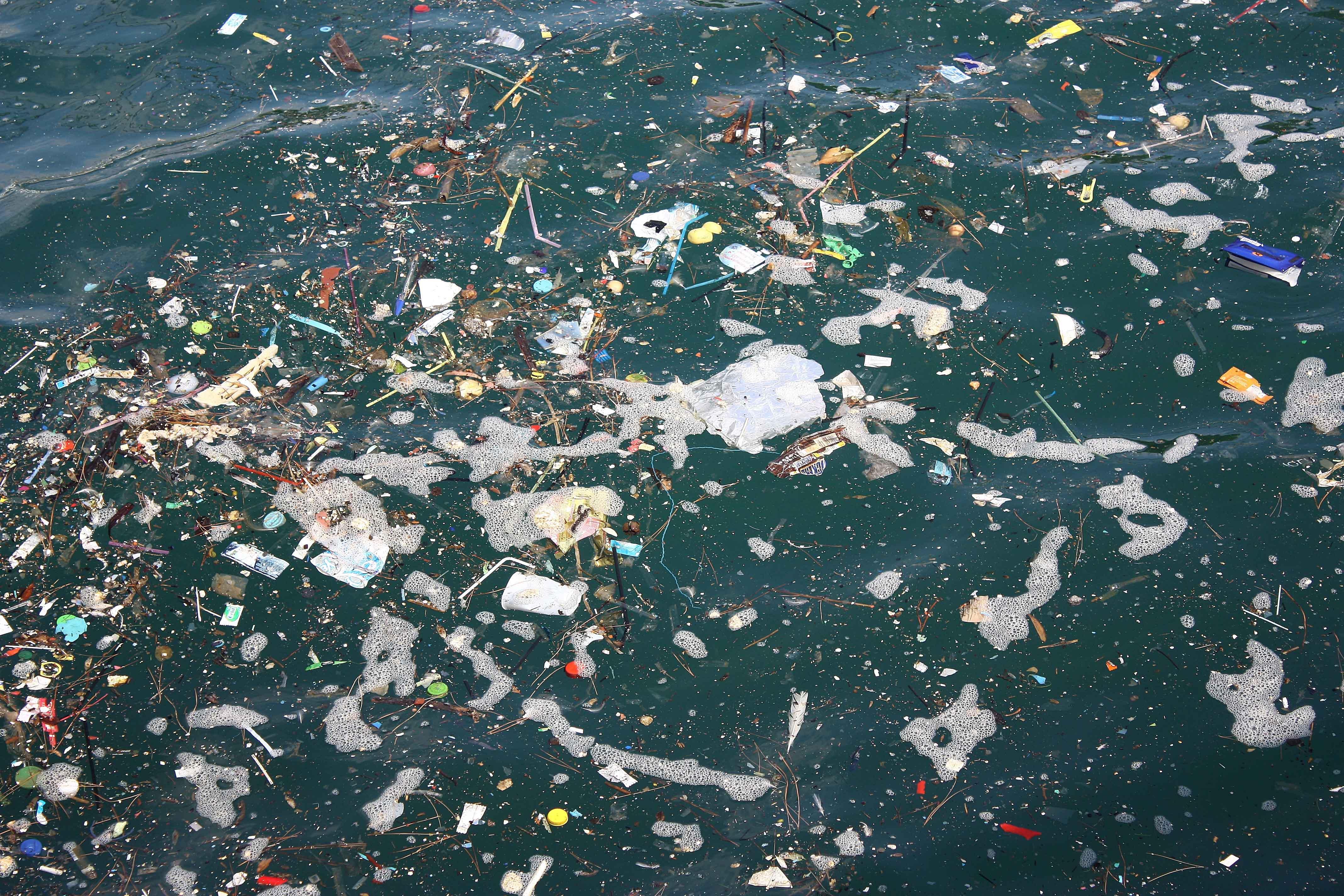 Mar con muchos residuos