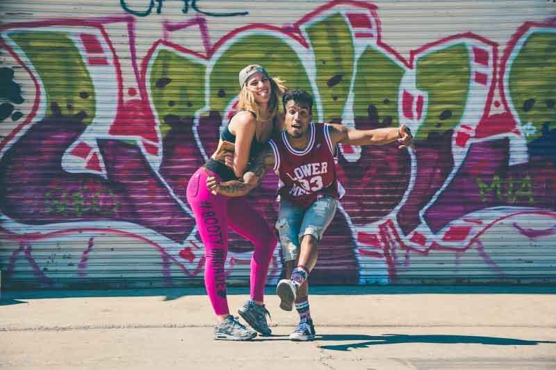 Chica y chico con estilo urbano