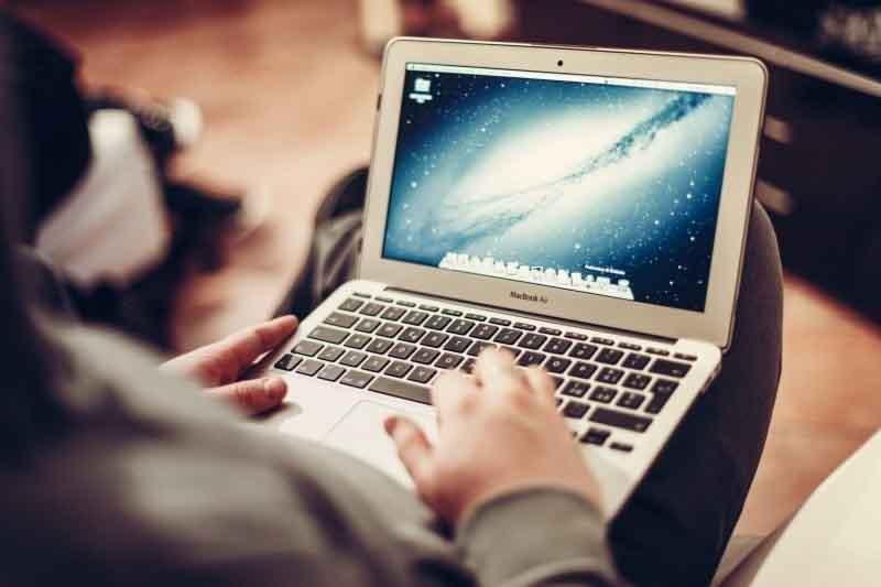 Chico utilizando ordenador