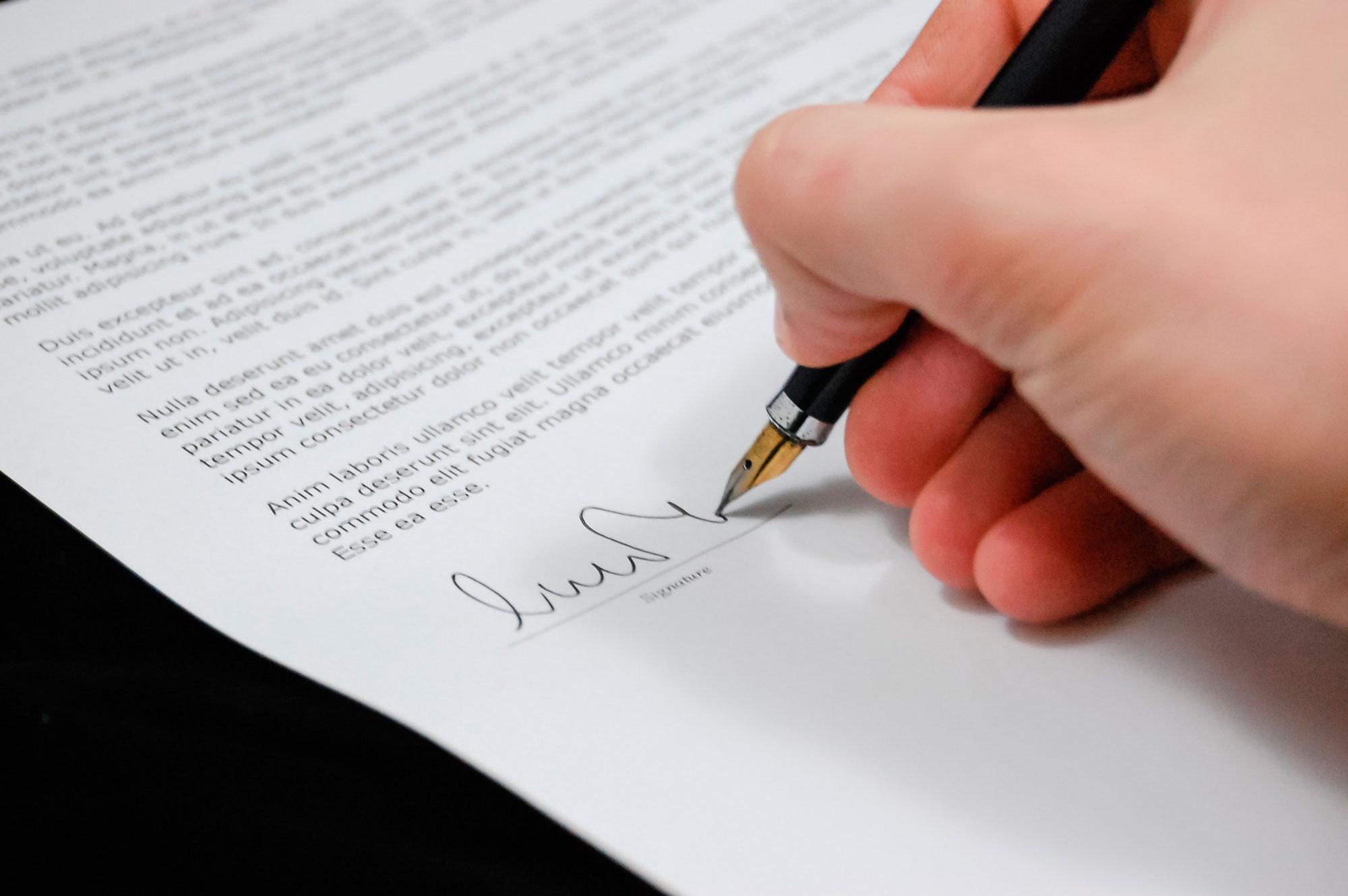 Persona firmando carta corporativa