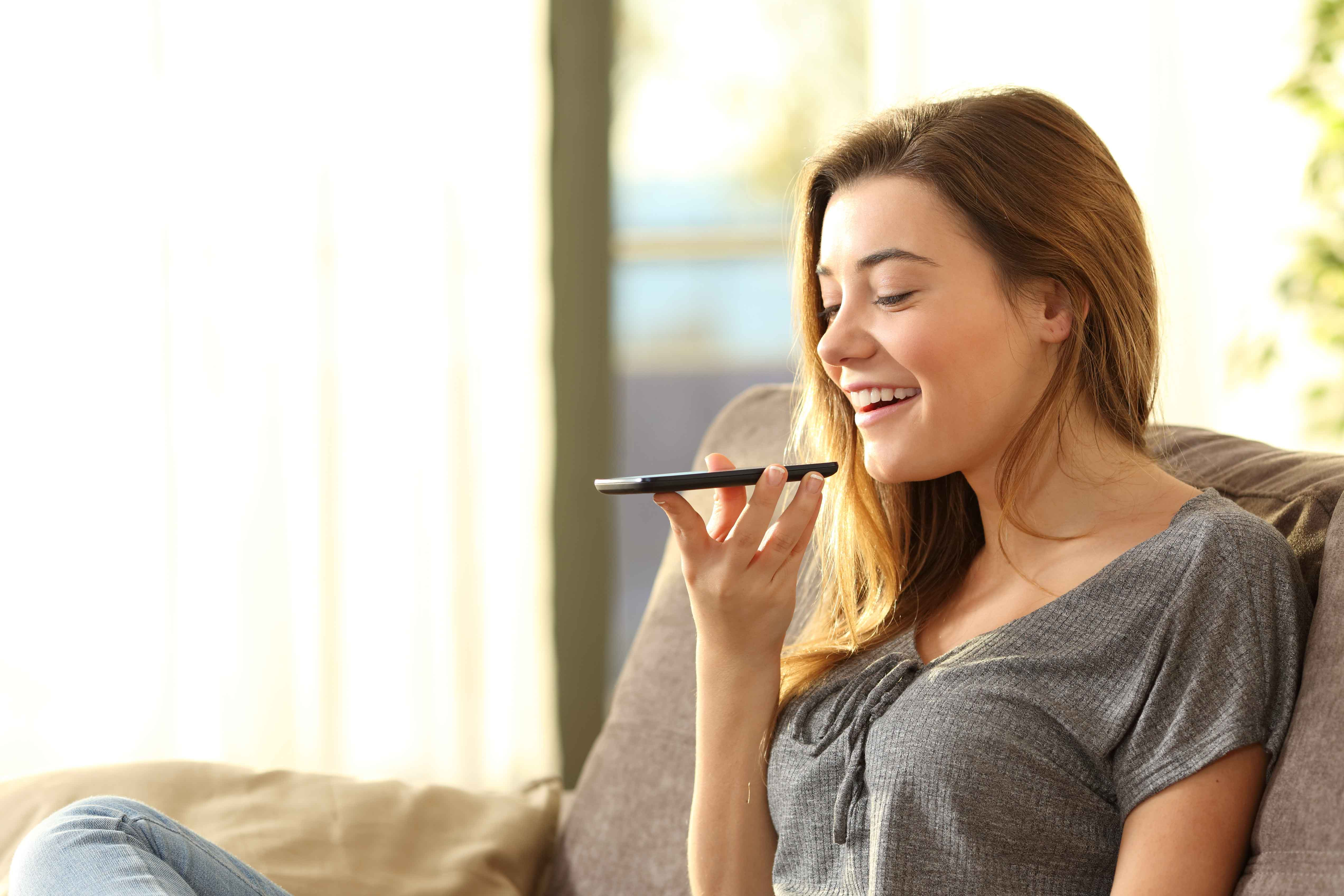 Chica mandando audio por móvil