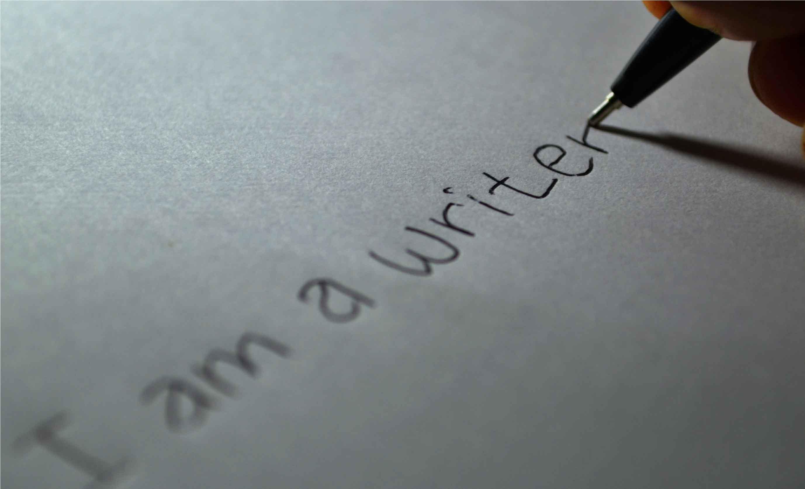 """Persona escribiendo """"Soy un escritor"""""""