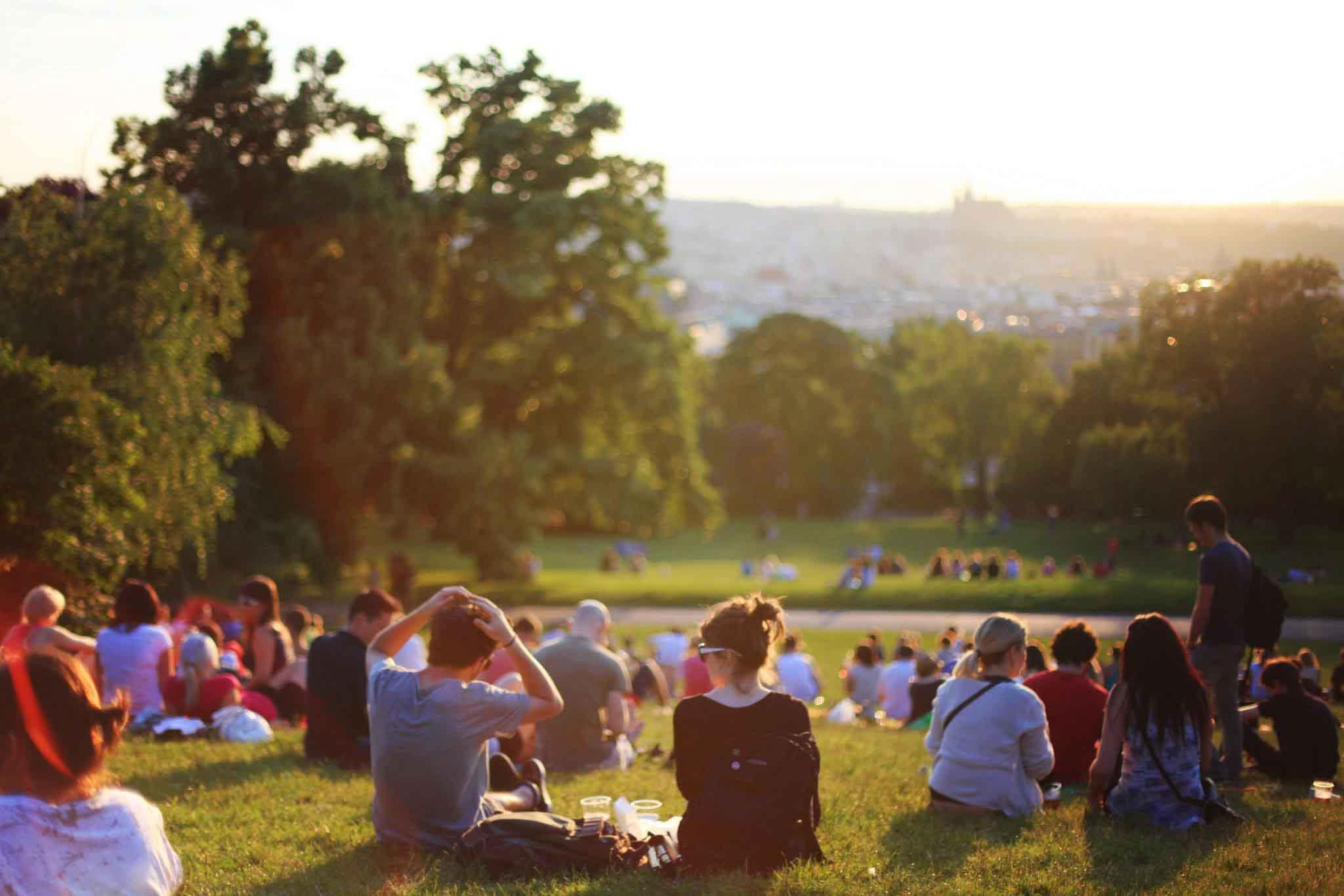 Gente sentada en colina verde