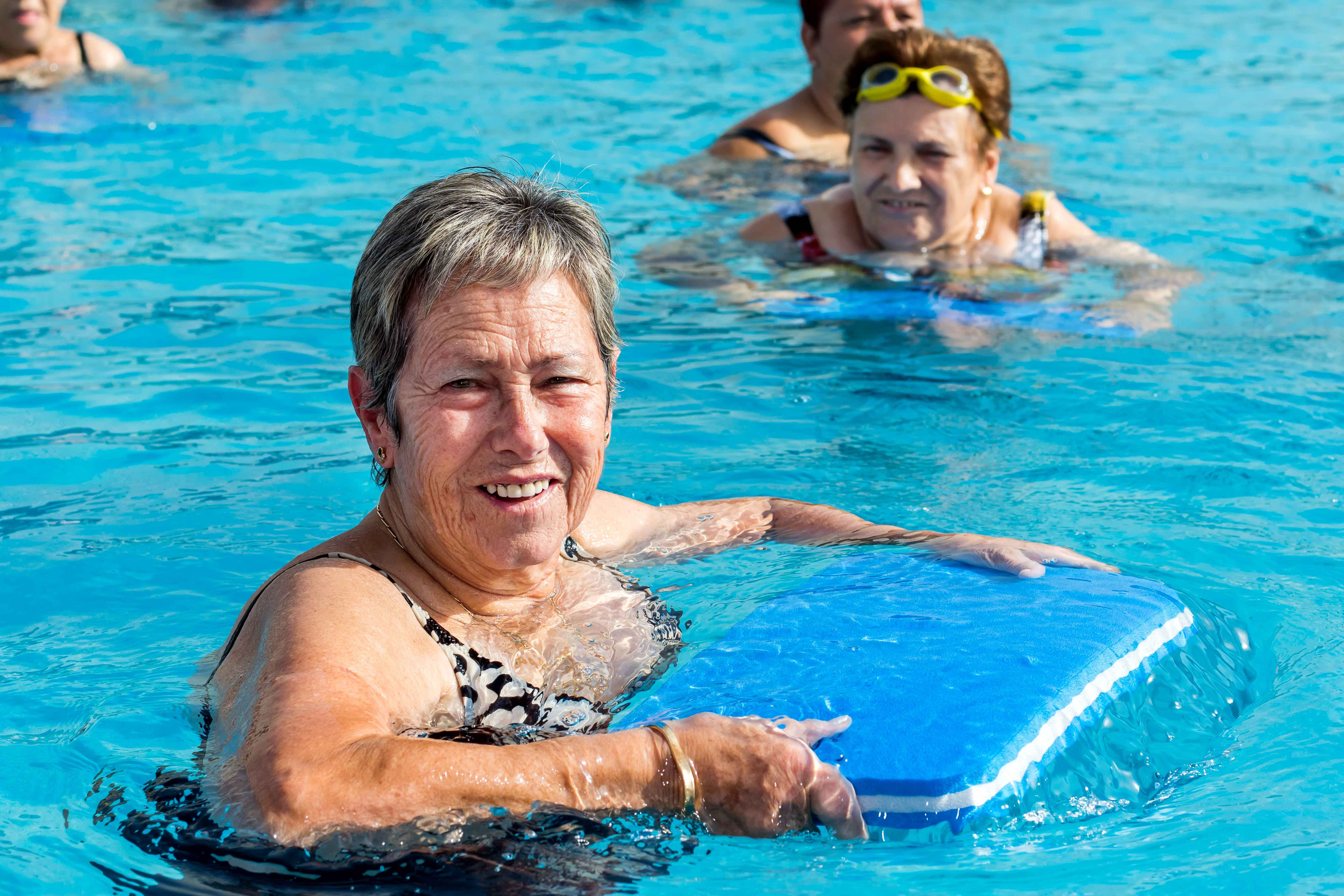 Señora mayor practicando ejercicio en piscina
