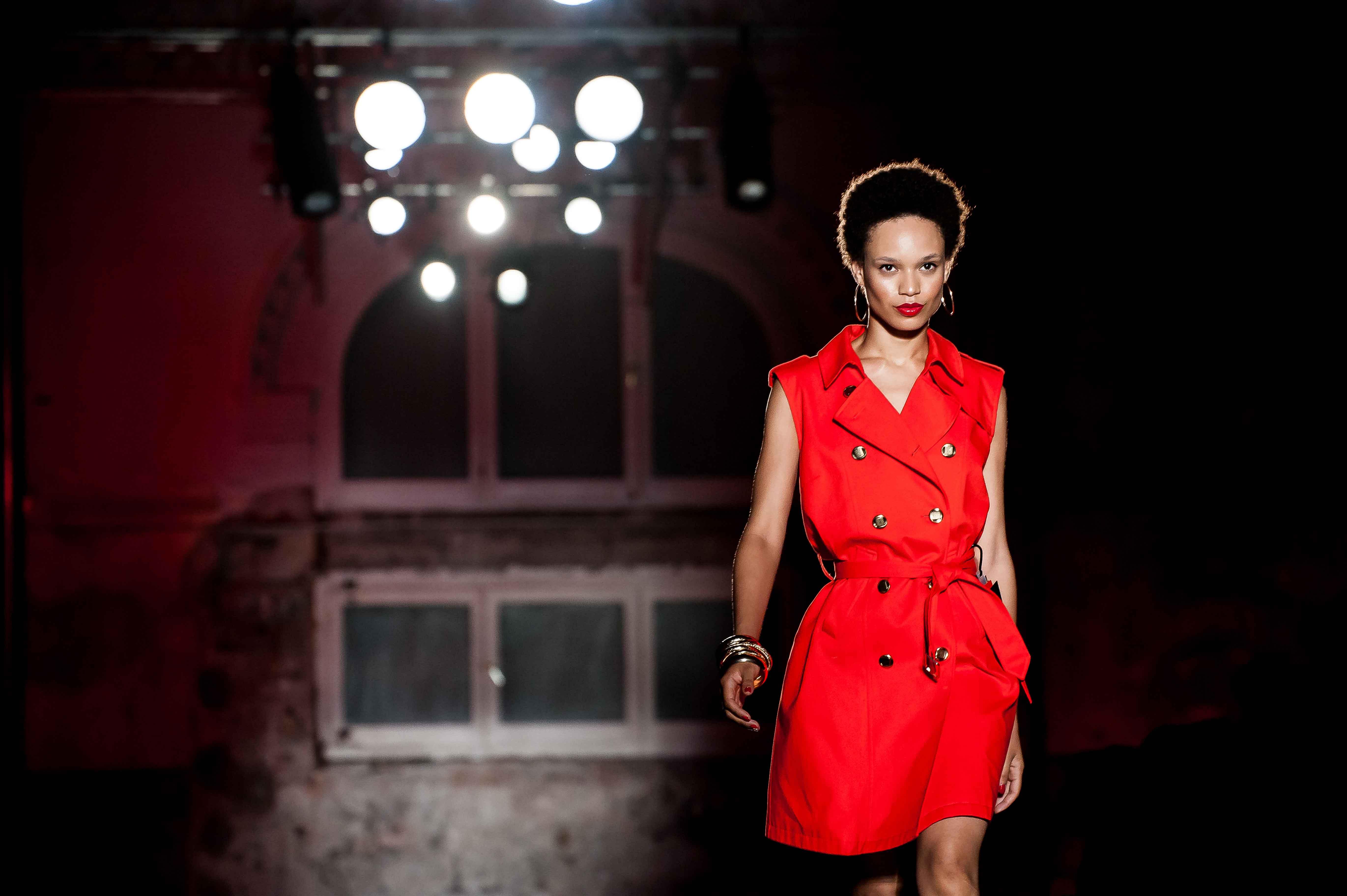 Chica desfilando con traje rojo