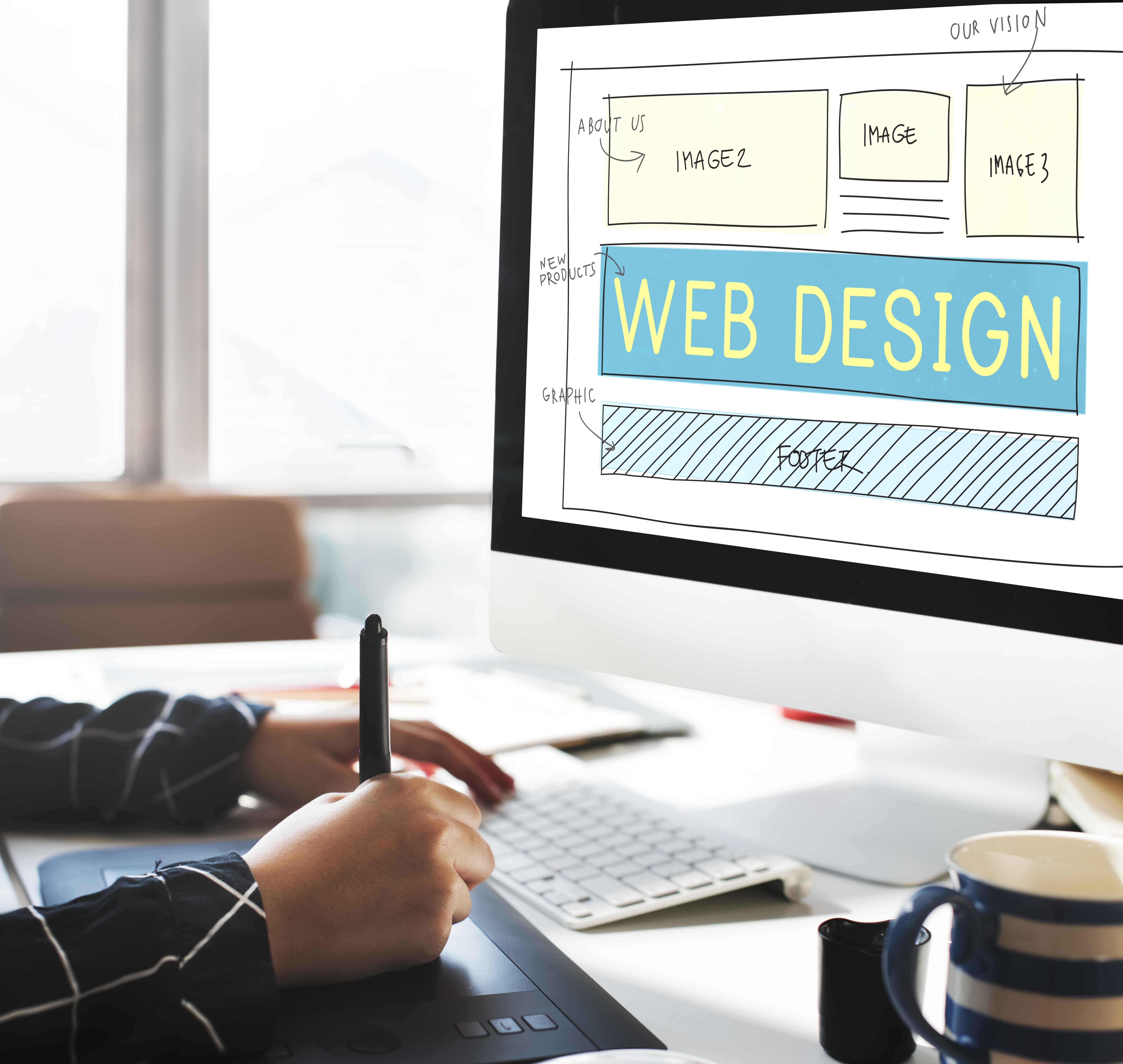 Pantalla de ordenador con boceto de página web