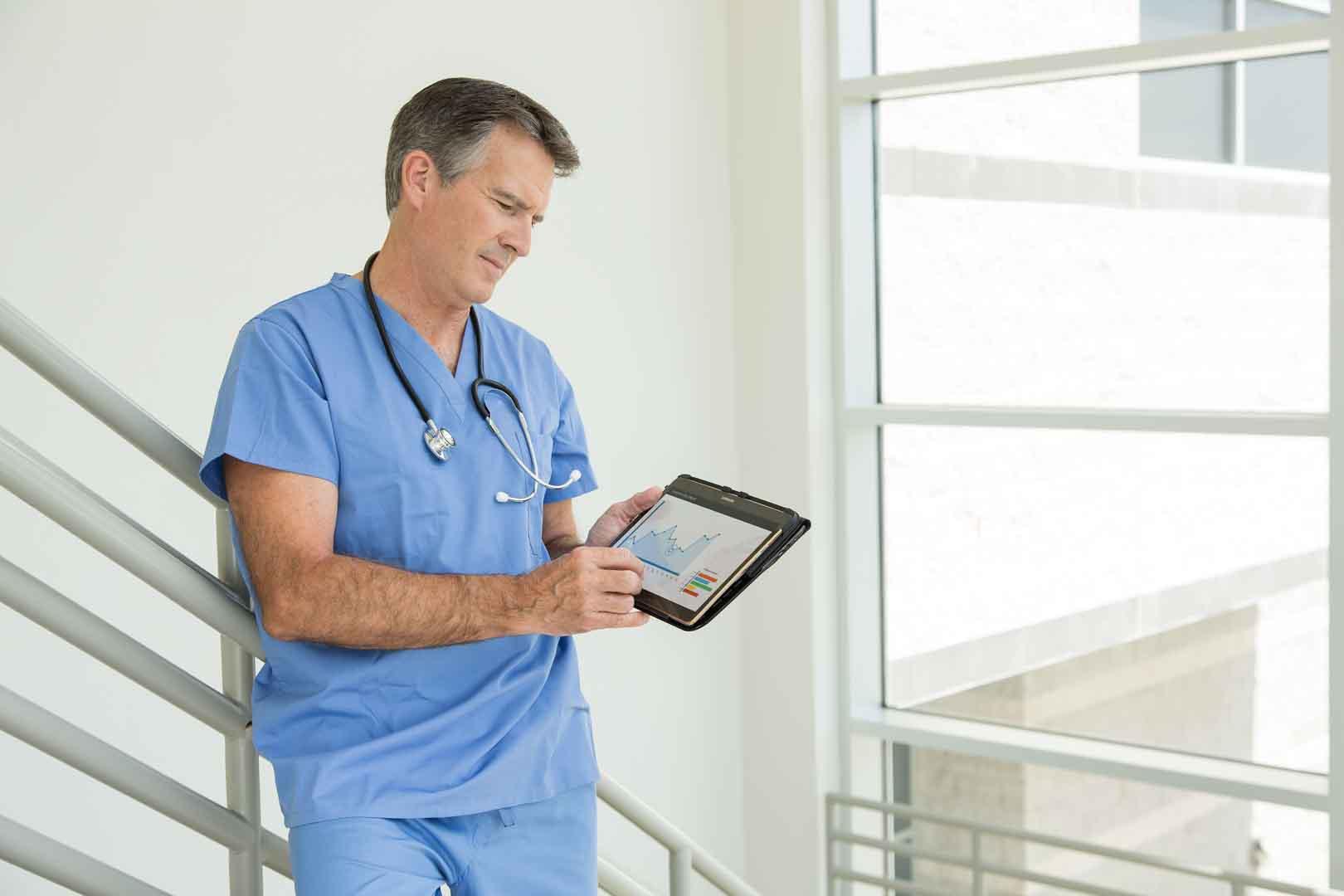 médico mirando una tablet