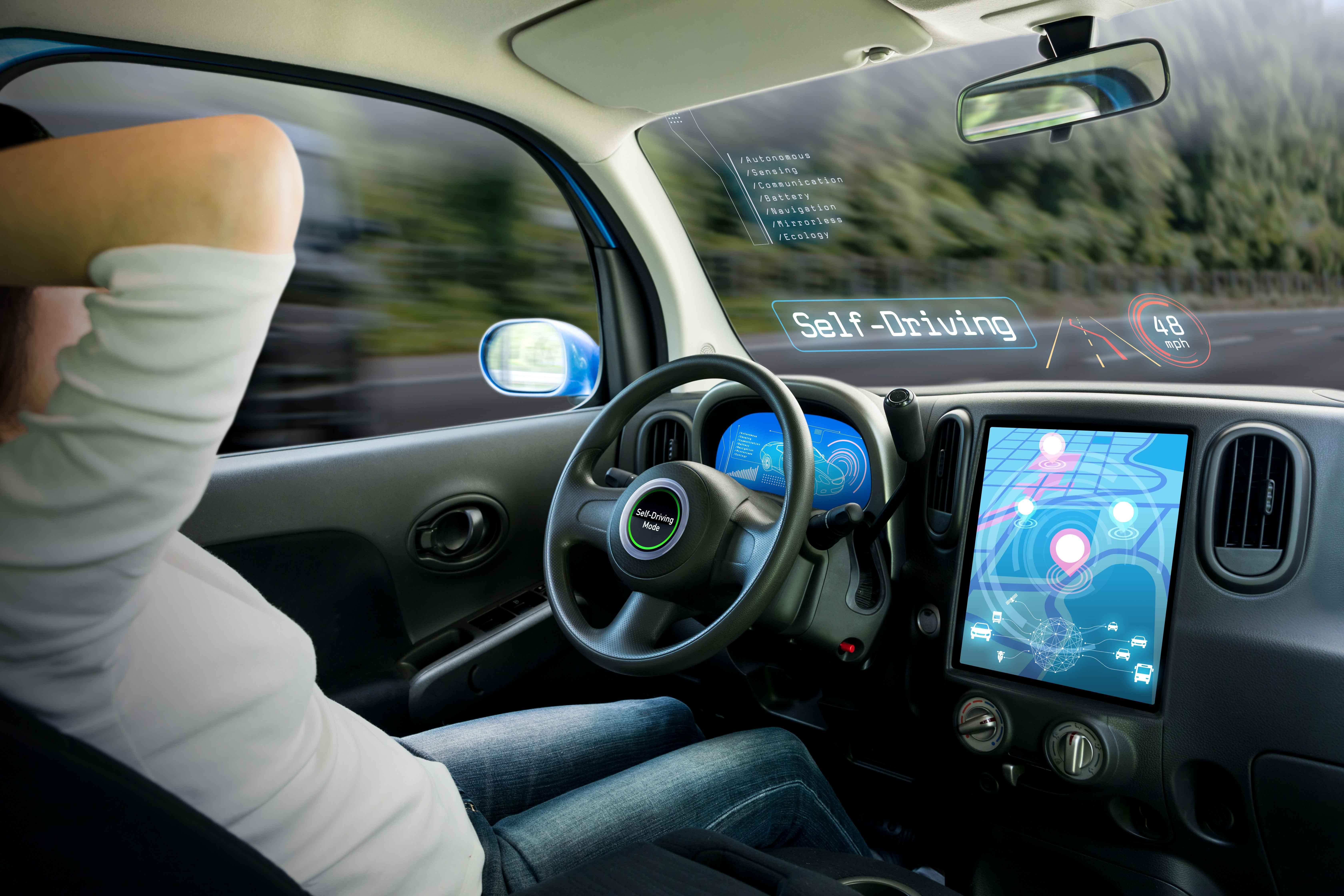Automóvil visto por dentro con sus sistemas tecnológicos