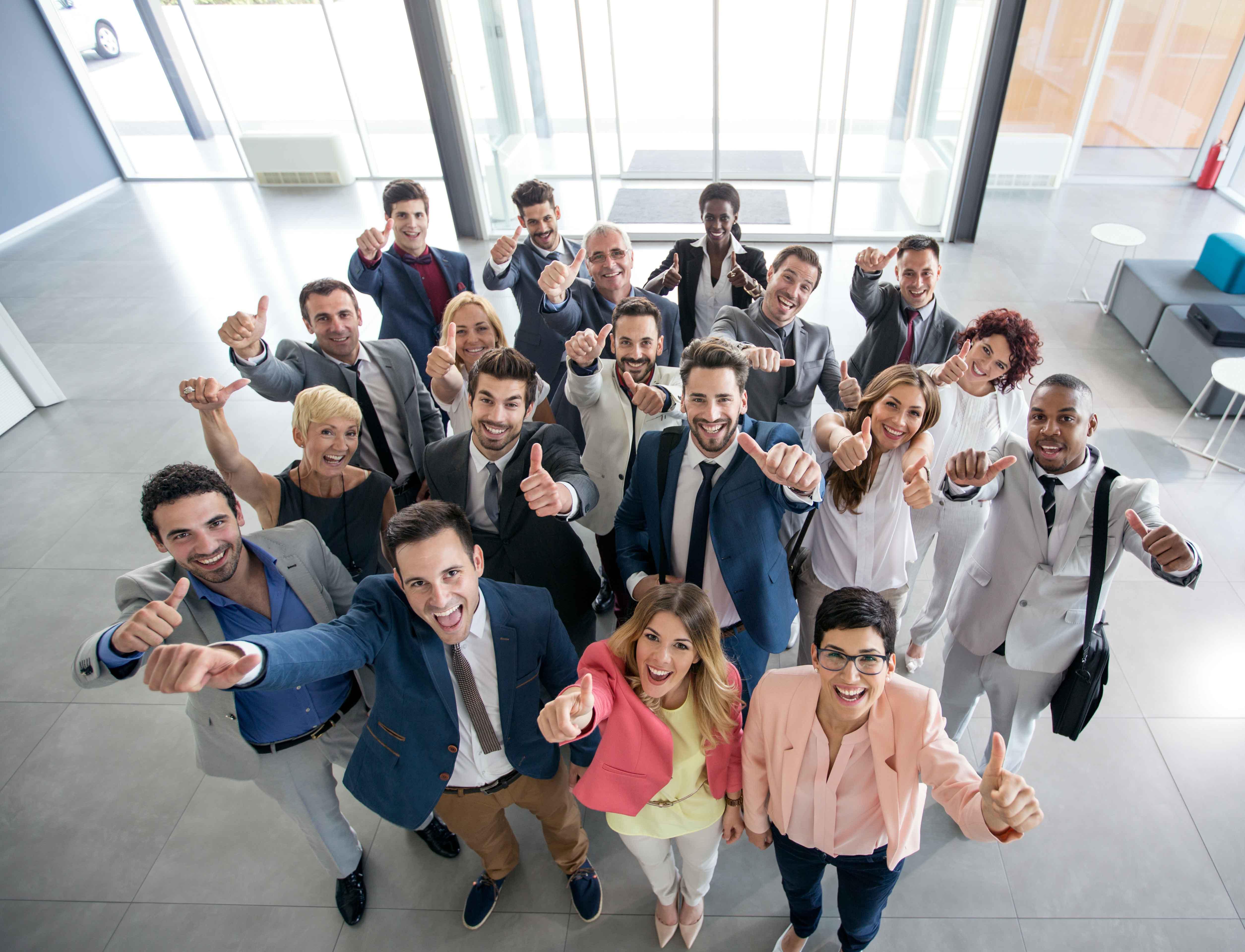 Grupo de trabajadores jóvenes sonrientes