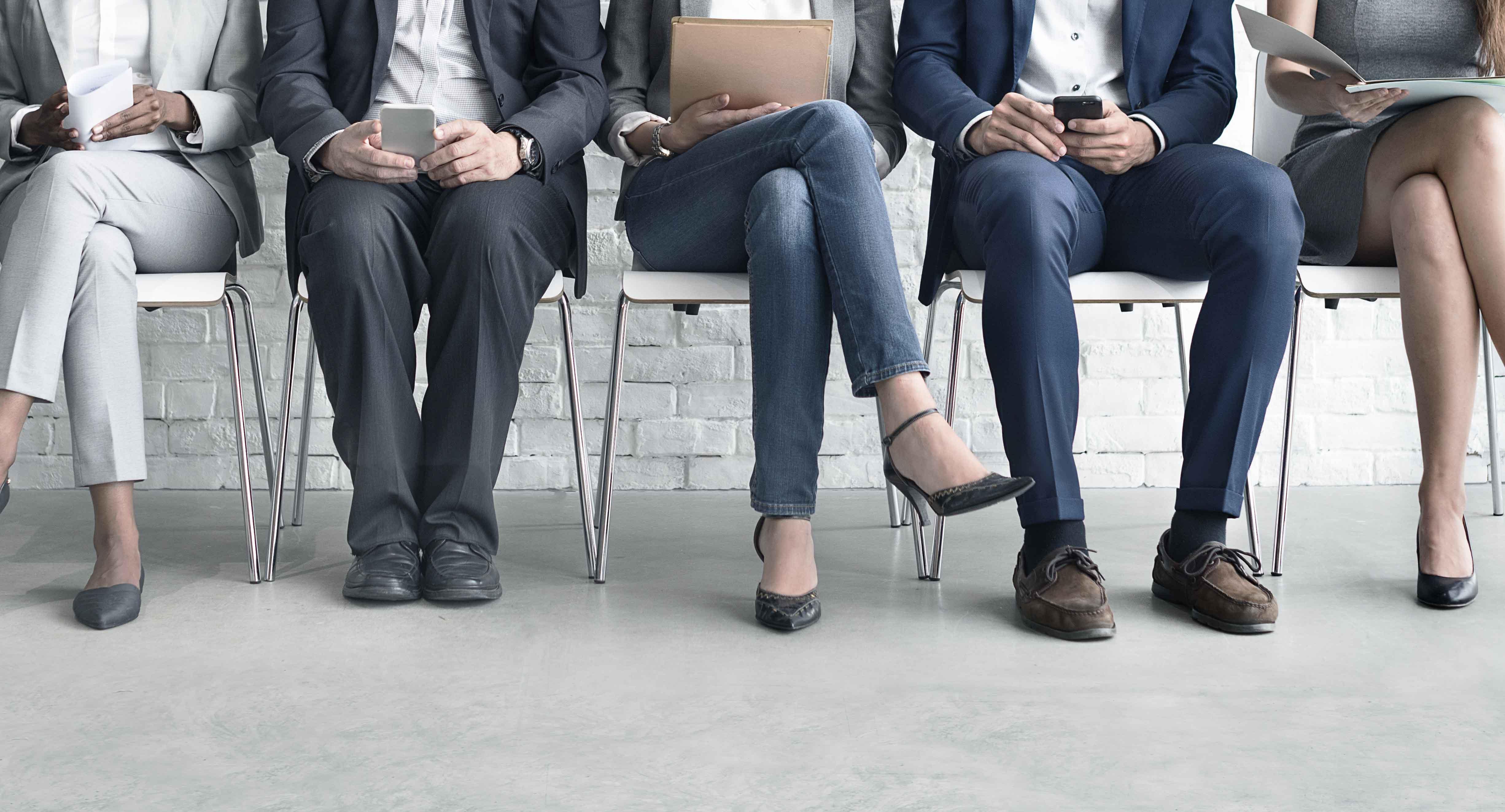 Pies de gente esperando una entrevista de trabajo