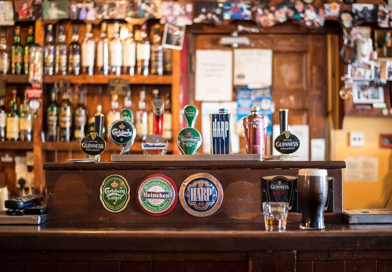 Barra de bar con grifos de cerveza