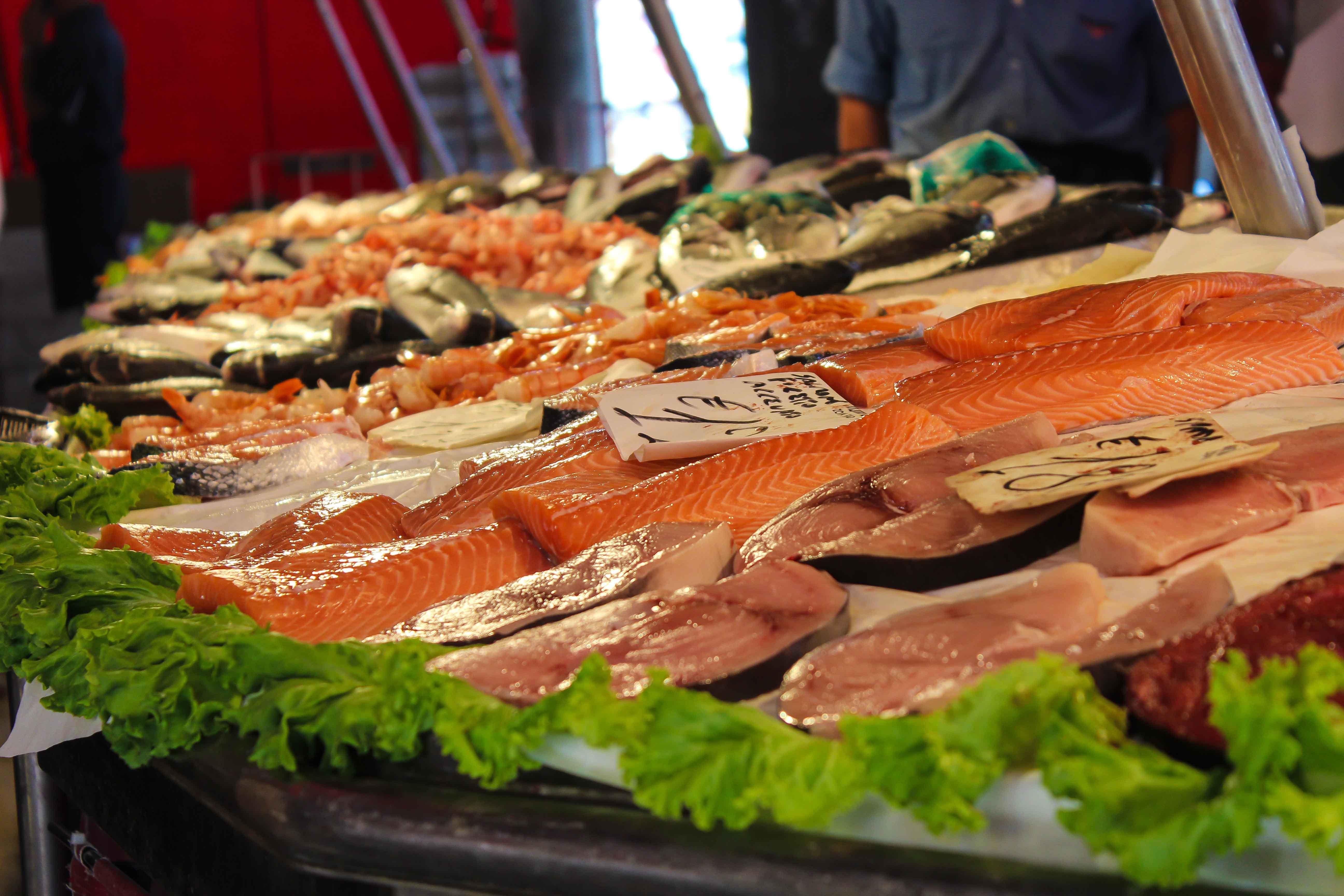 Mostrador de una pescadería con salmón