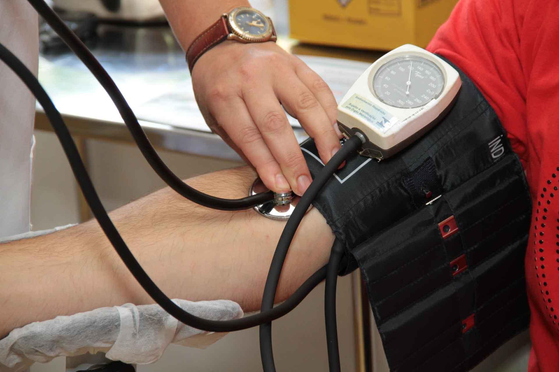 Enfermero tomando tensión de paciente