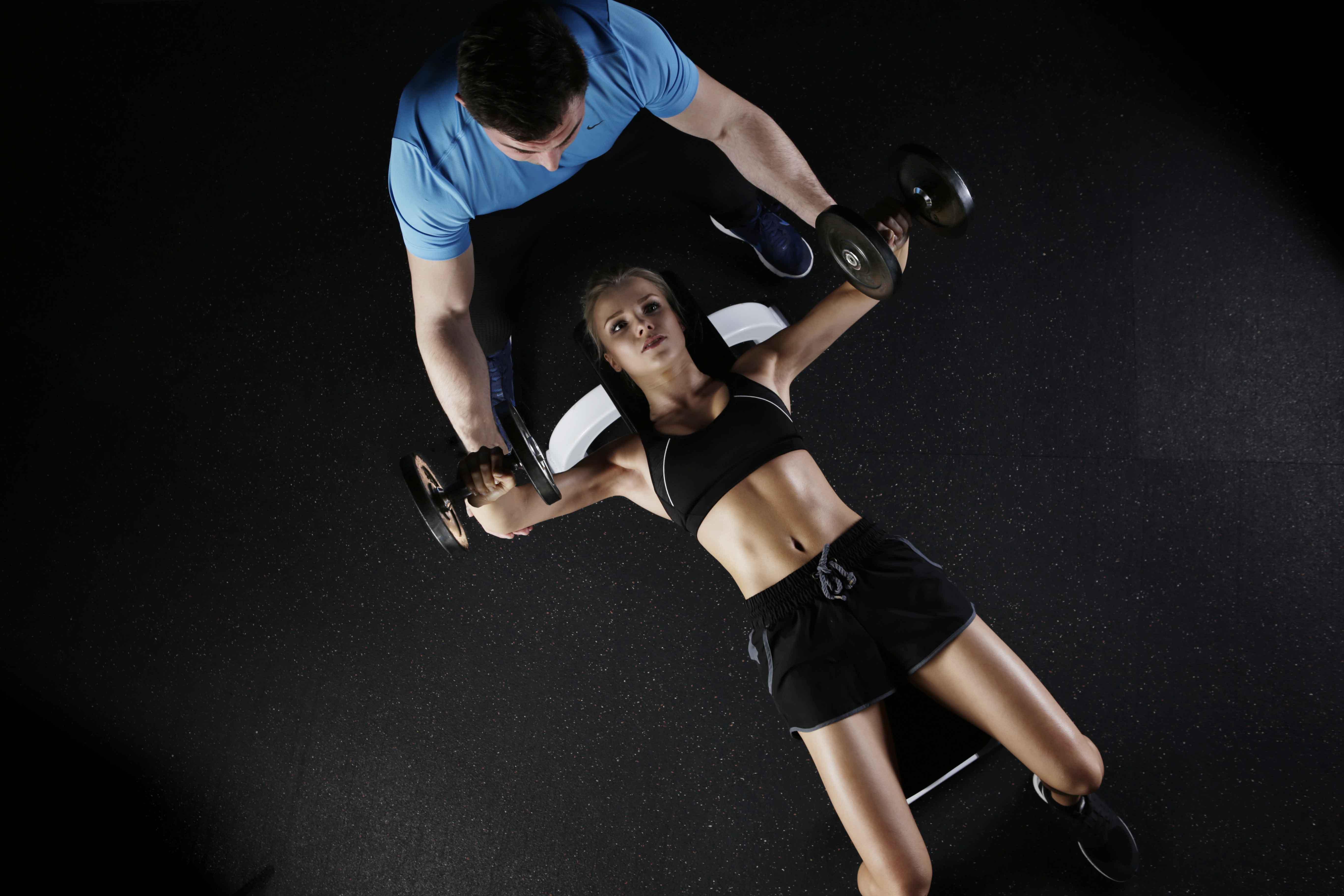entrenador personal ayudando a chica