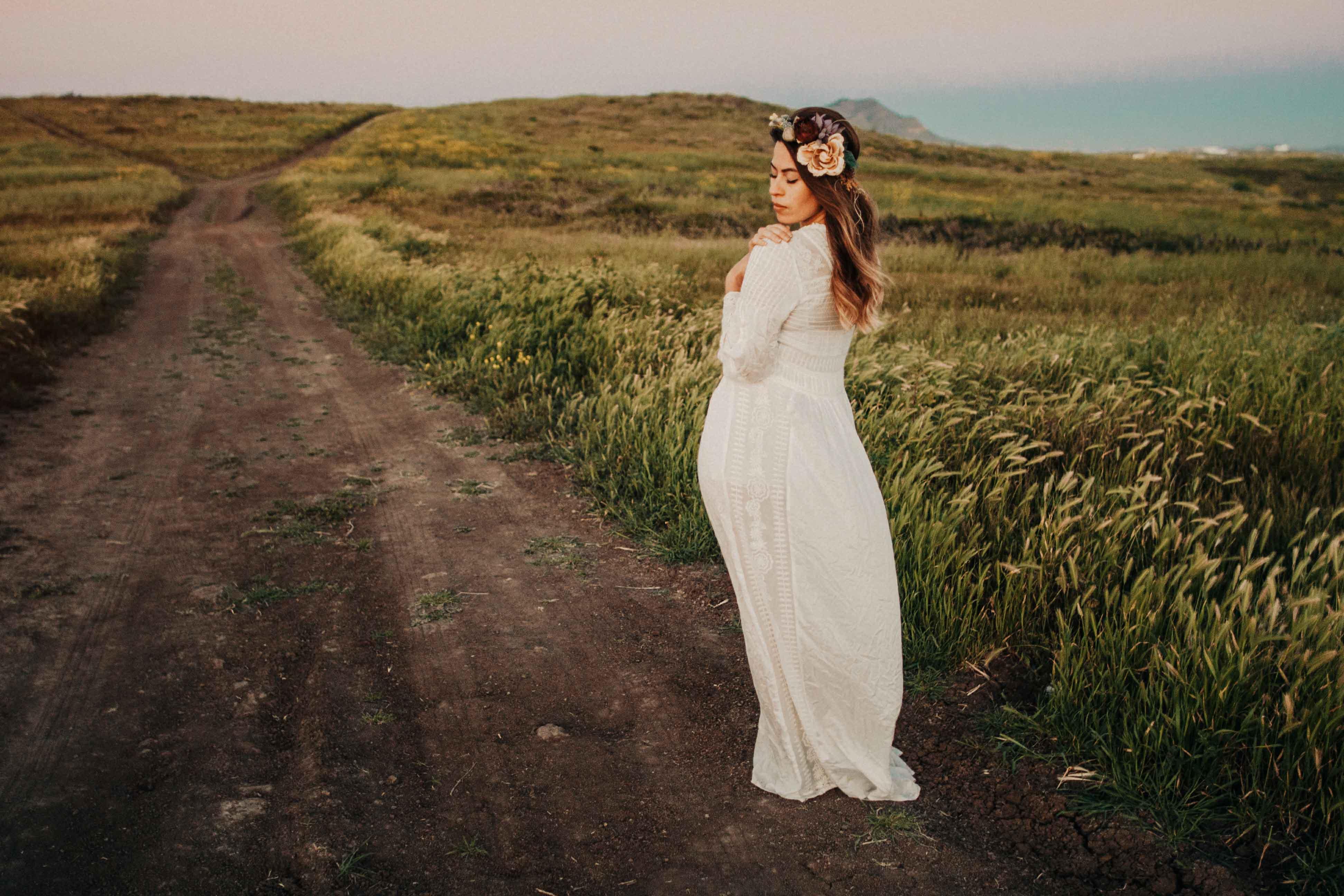 Novia posando en carretera desértica
