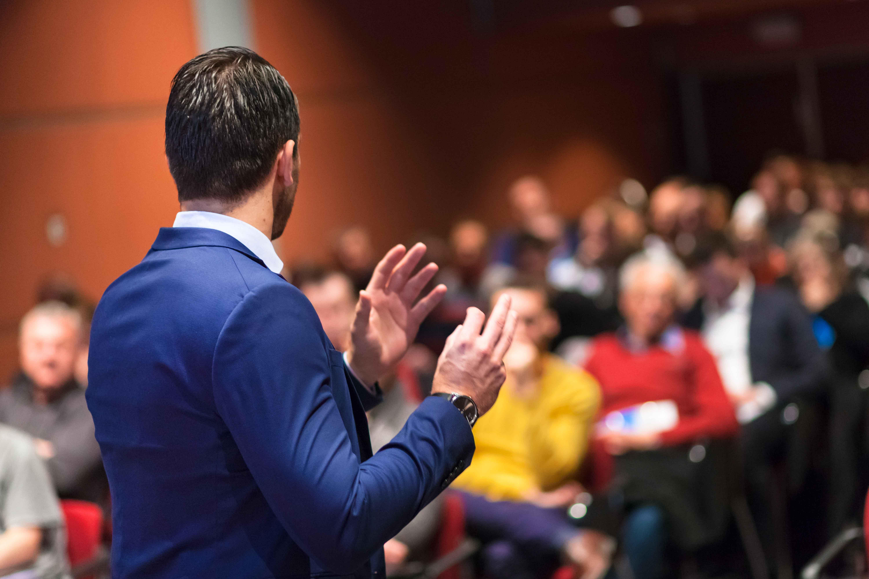 Ponente hablando en un congreso