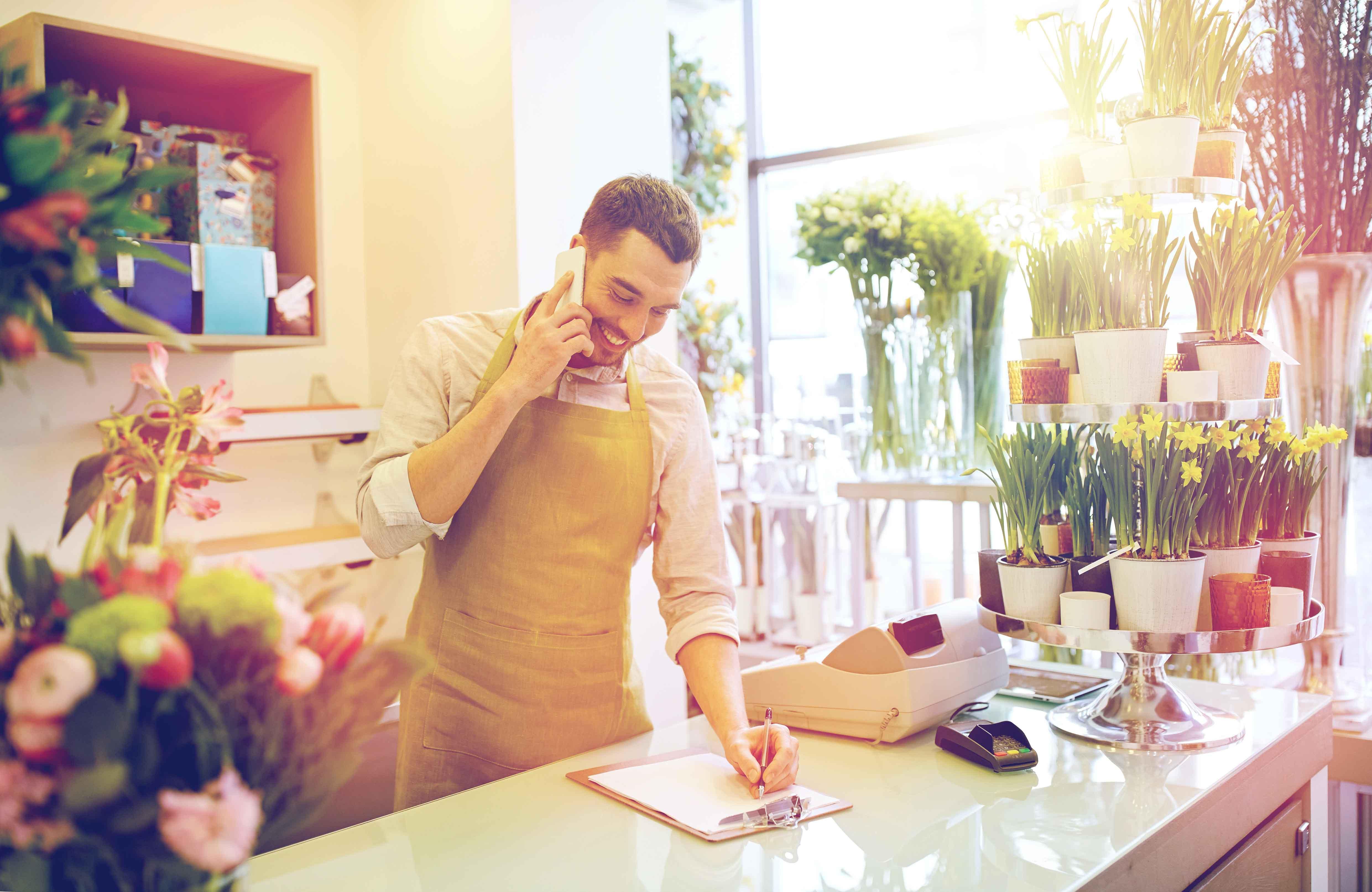 Chico dirigiendo tienda de floristería