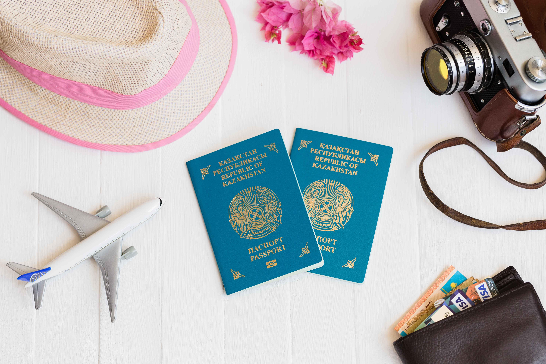 Pasaportes rodeados de decoración