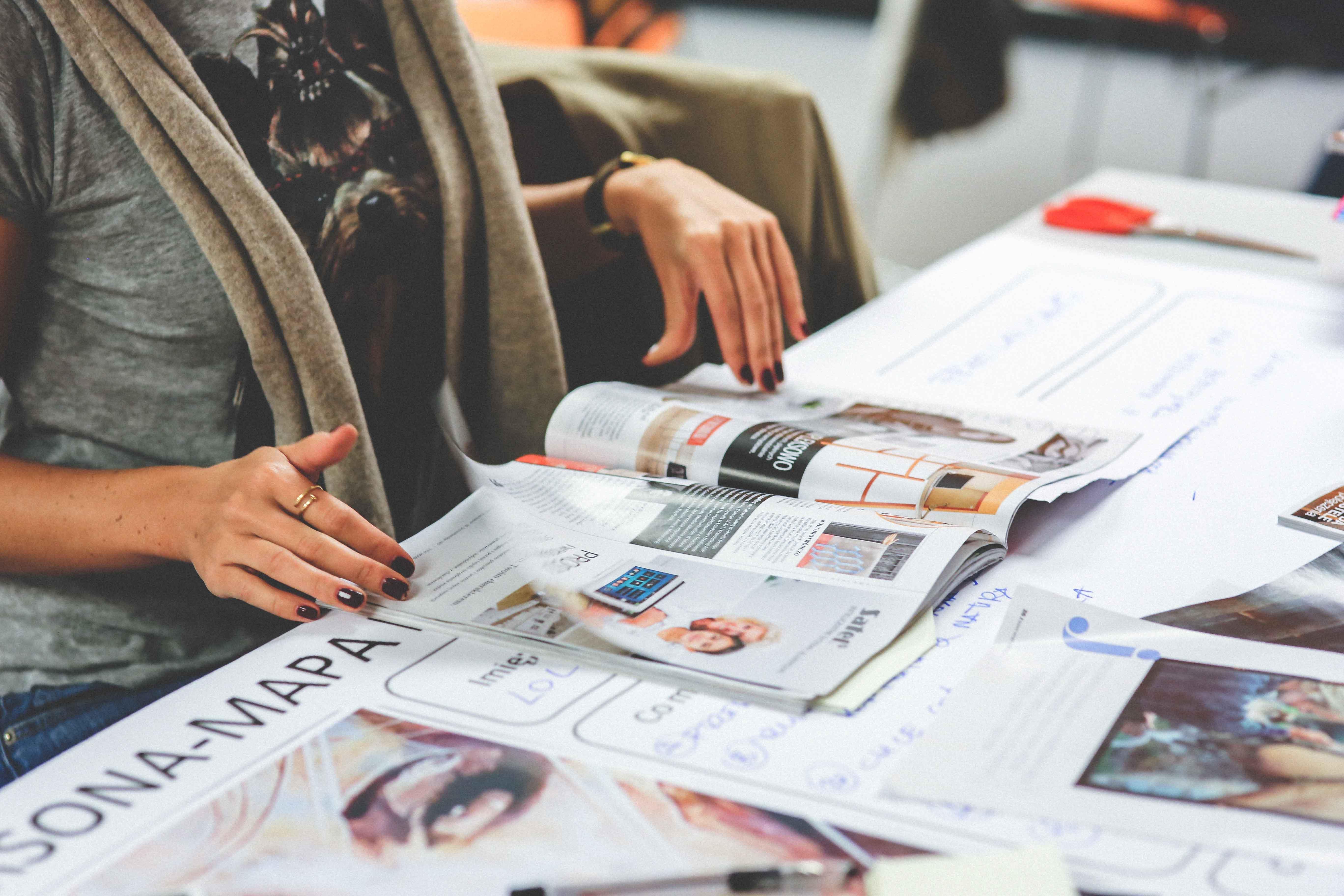 Chica revisando revista
