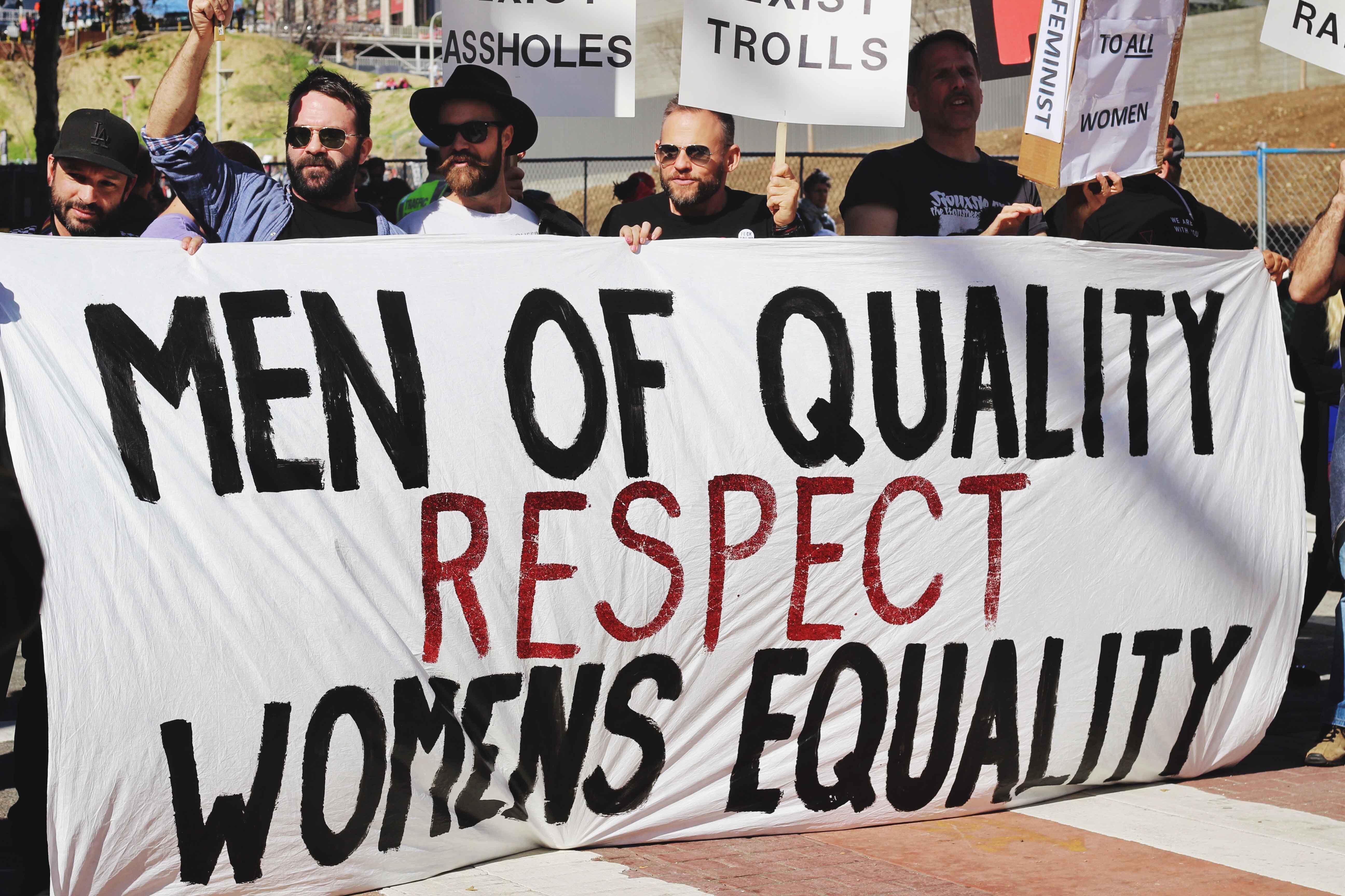 """Manifestación de hombres portando pancarta con el texto """"Los hombres de calidad respetan a las mujeres en igualdad"""""""
