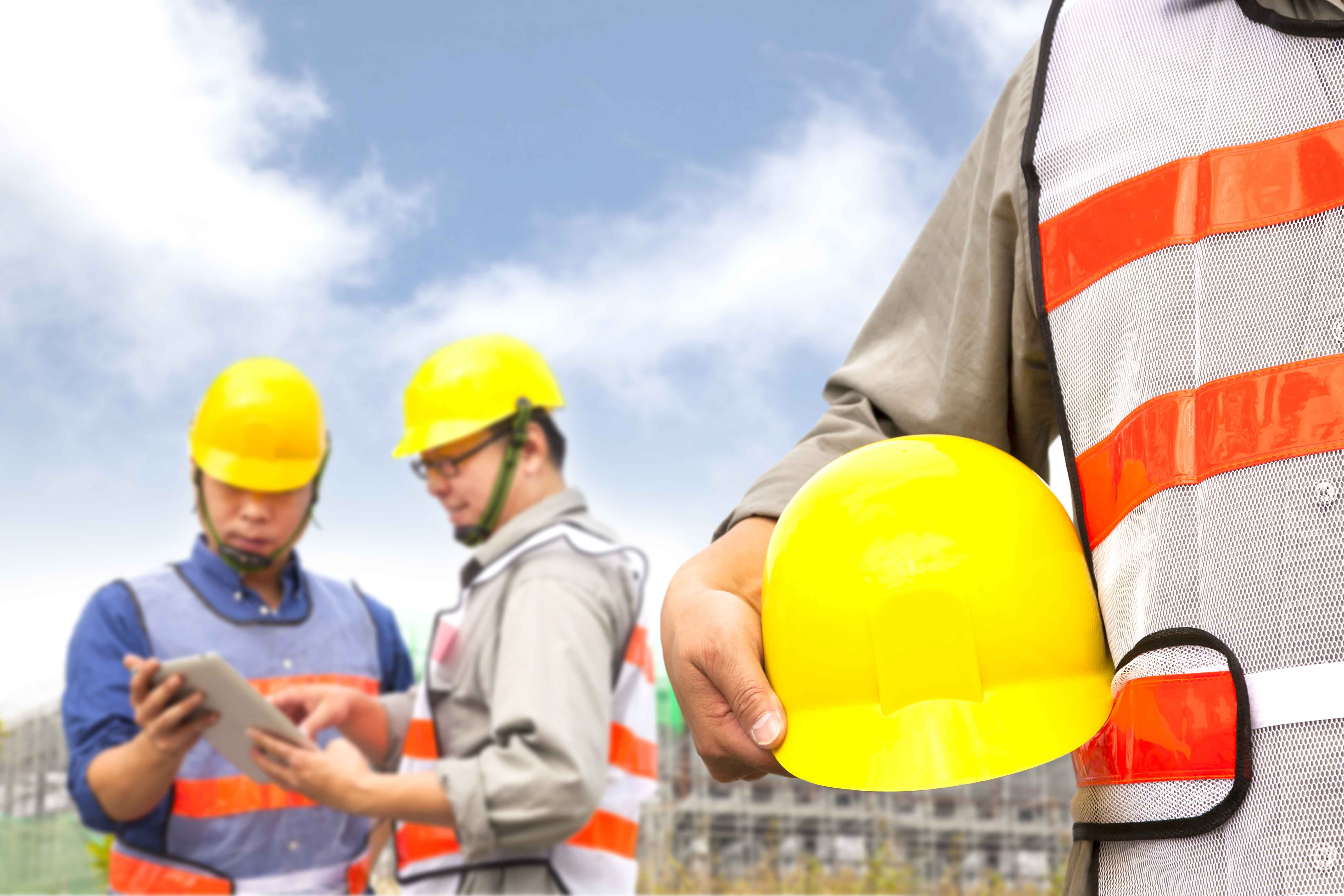 Hombre con casco delante de obra