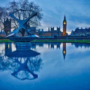 Parque con estanque y el Big Ben de fondo