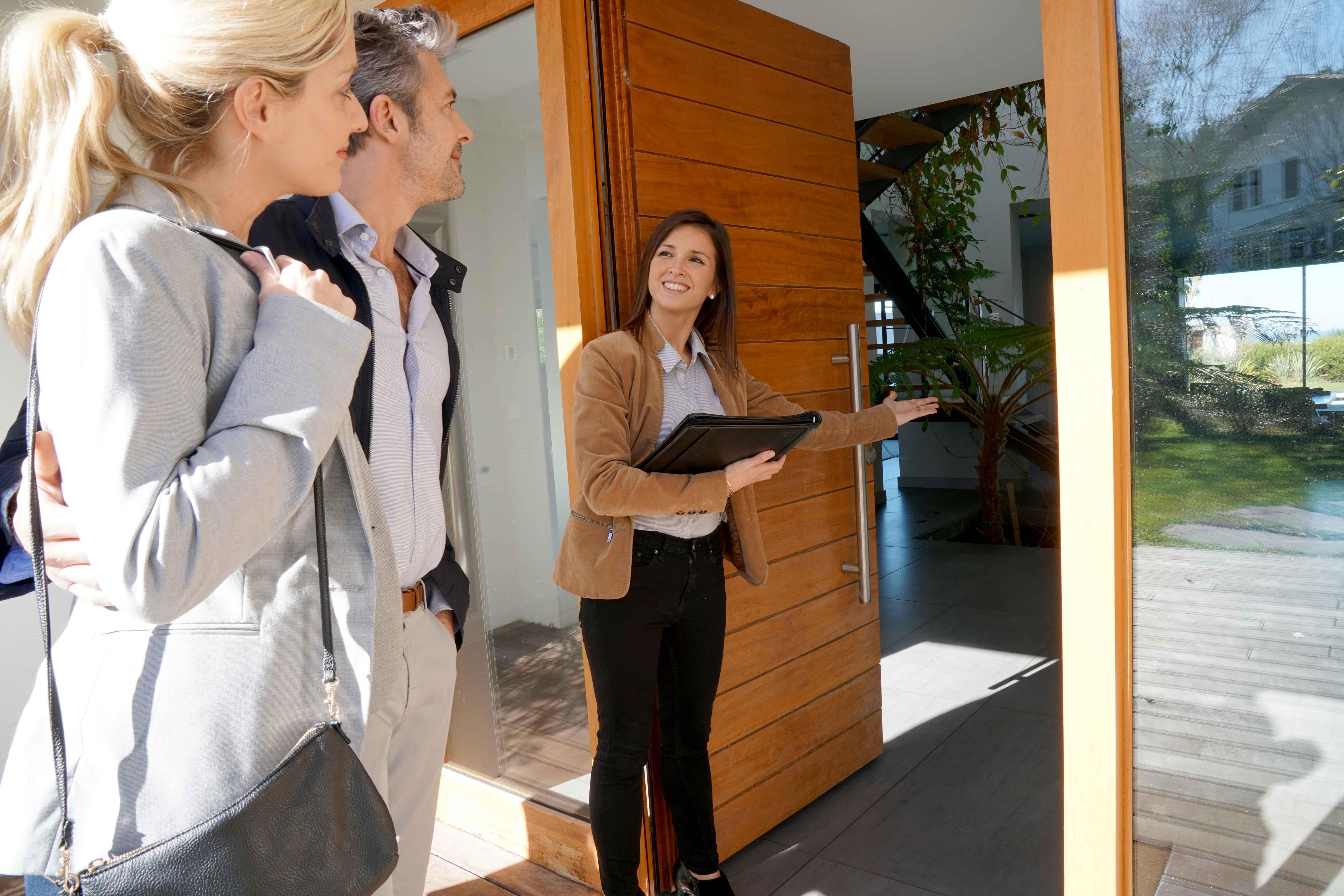 Agente enseñando casa a clientes