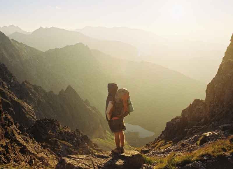 chico entre montañas