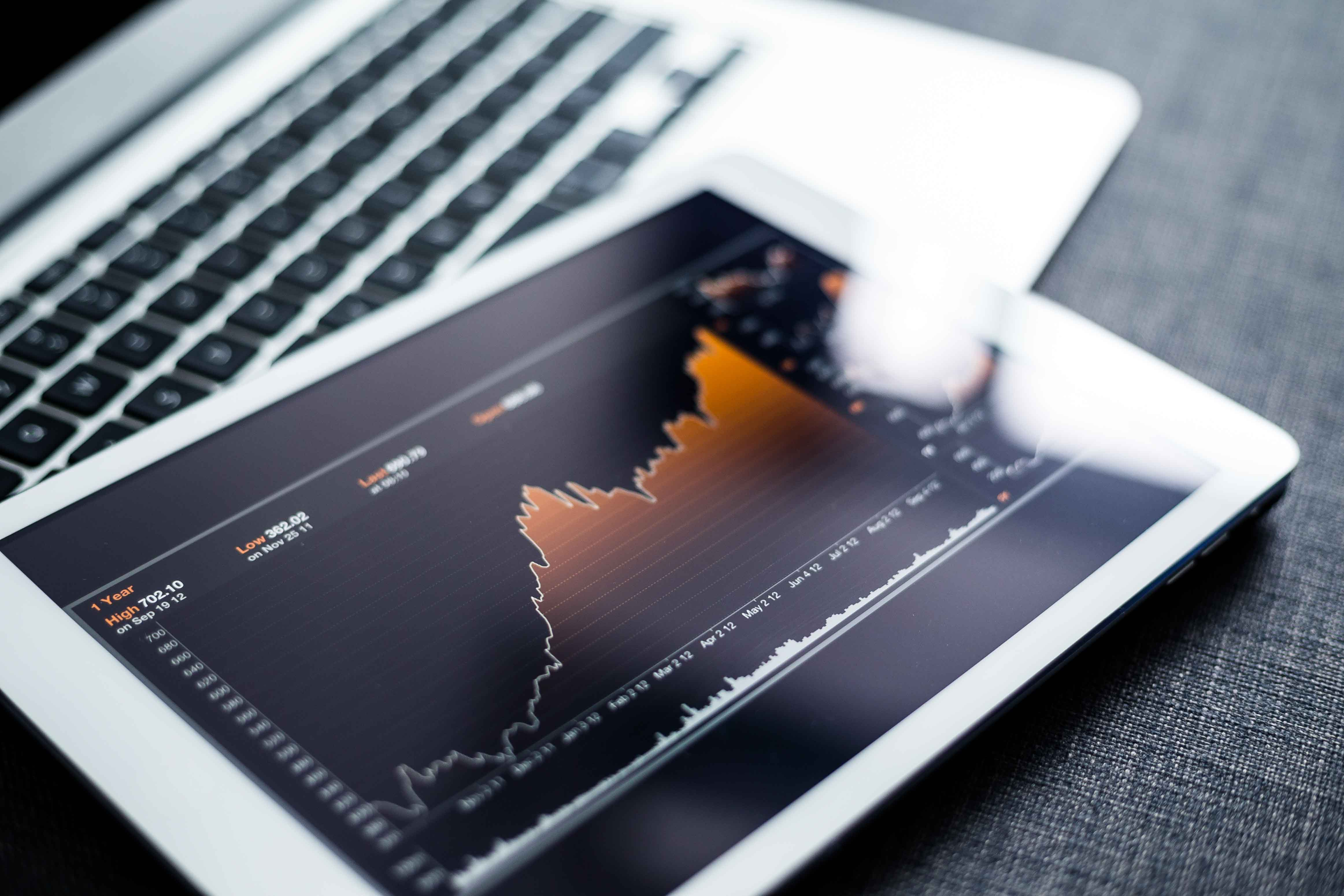 Tablet con gráficas financieras y legales
