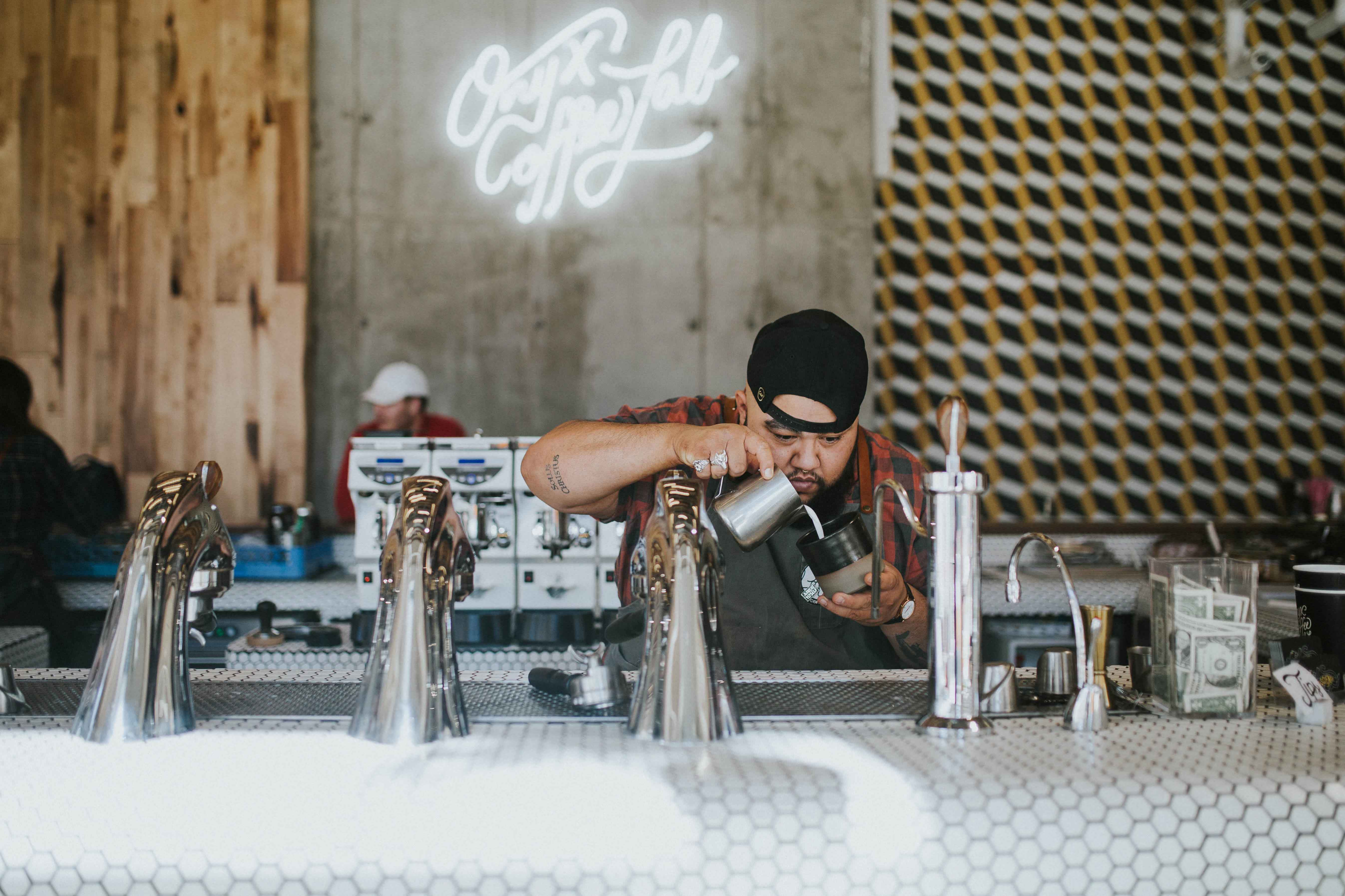 Chico preparando café en bar