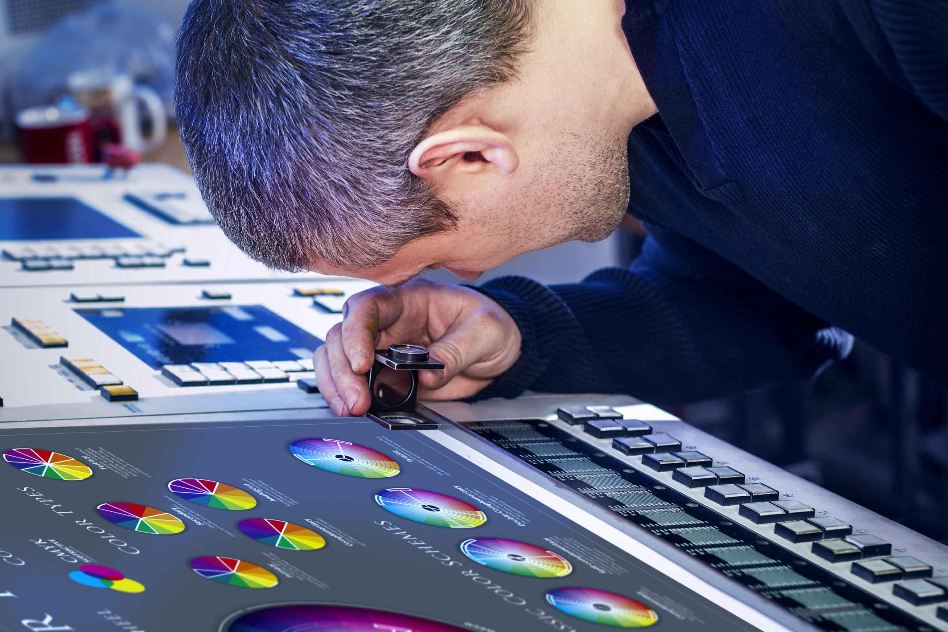 Chico manipulando máquina de color