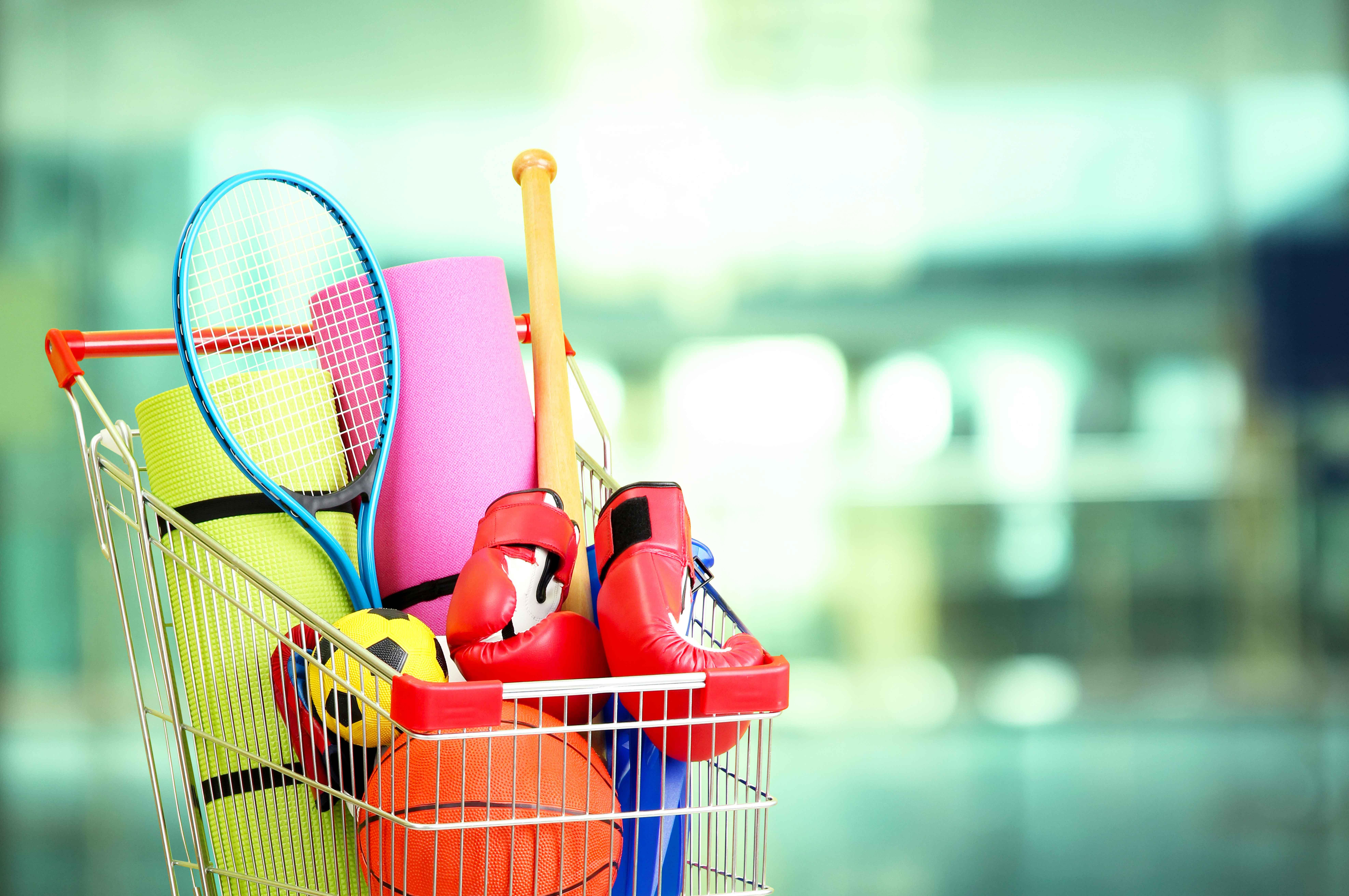 Carrito de la compra lleno de utensilios deportivos