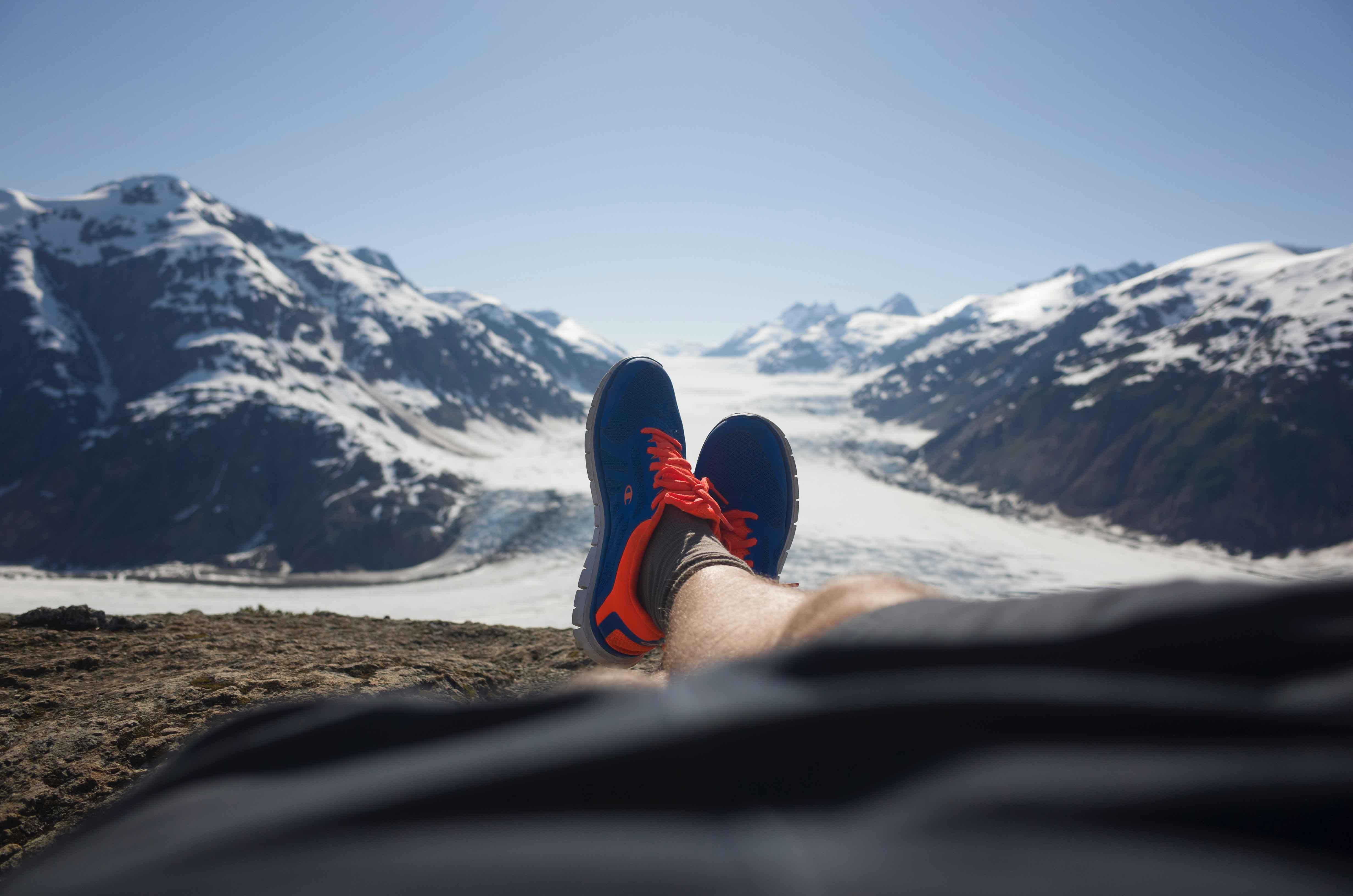 pies con zapatillas en una montaña