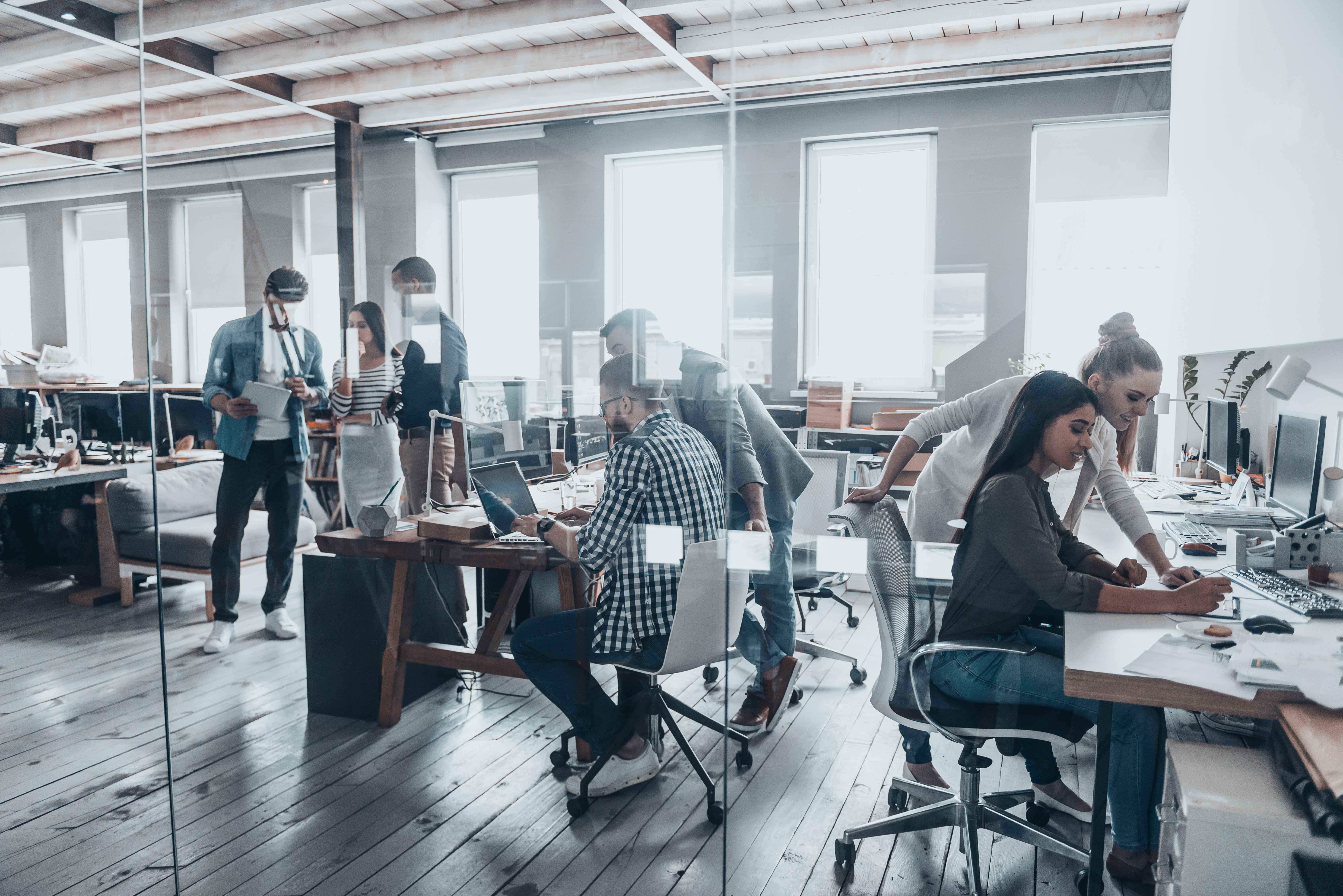 Gente trabajando en oficina con ordenadores