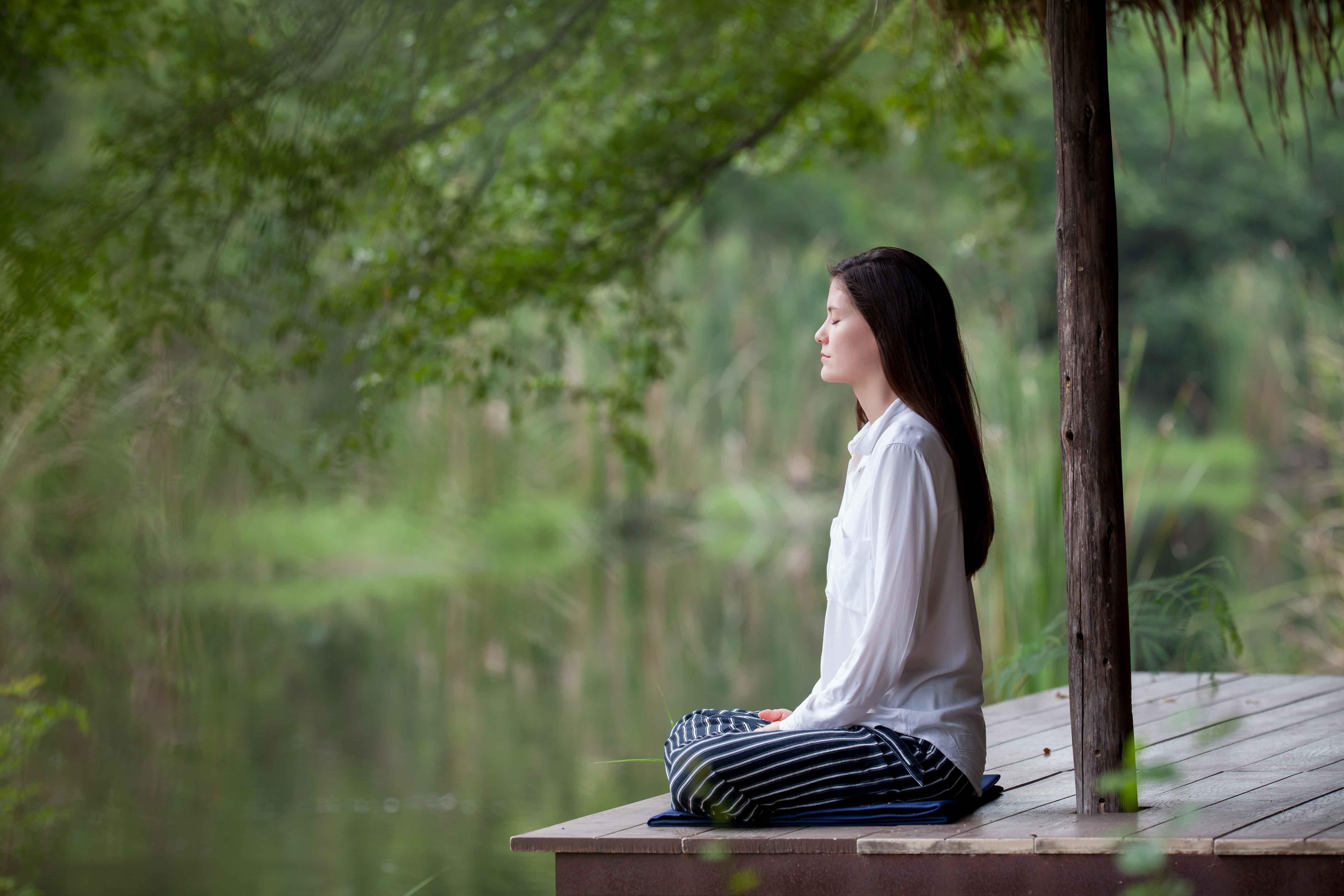 Chica meditando en la naturaleza