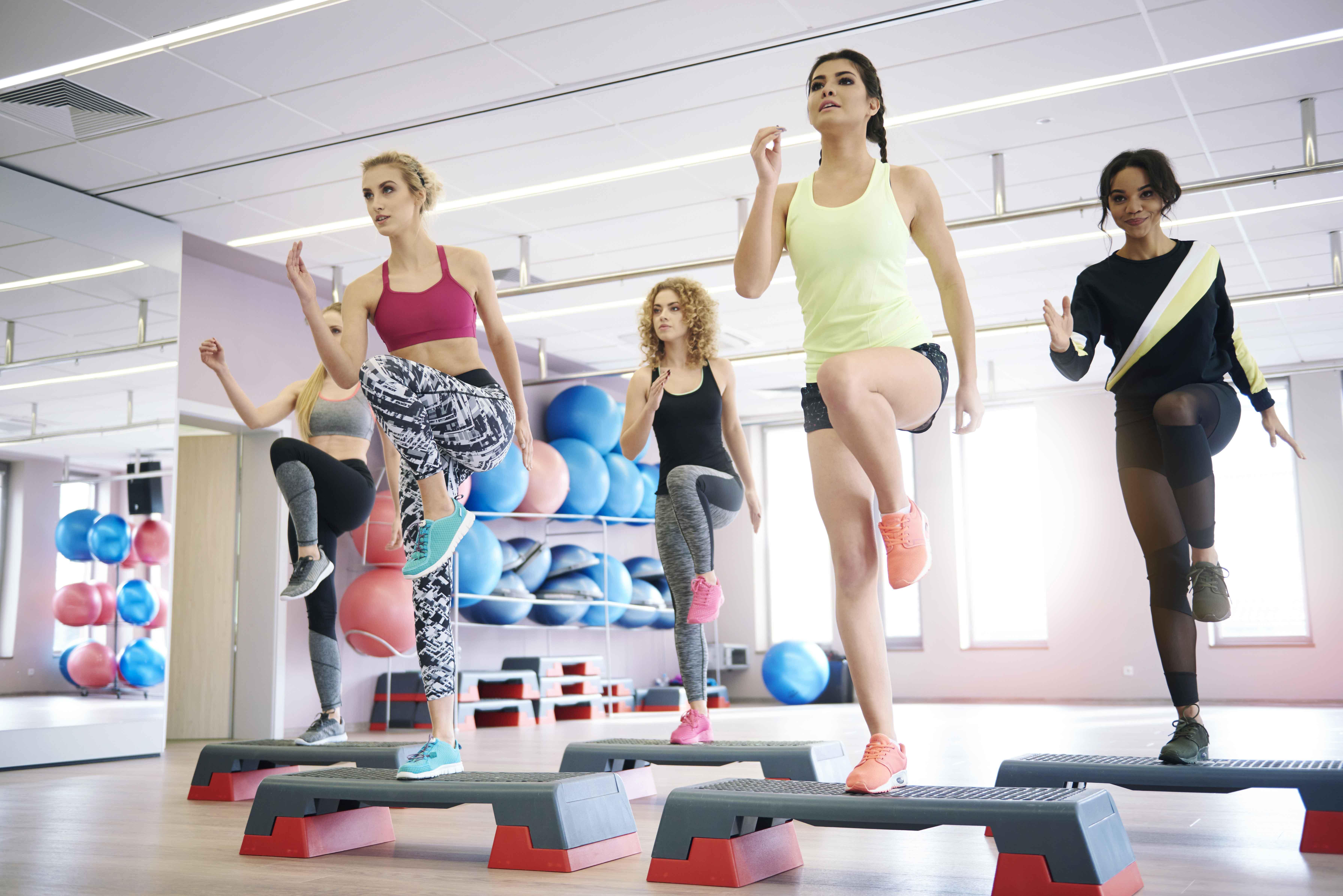 Chica profesora de aerobic dando clase