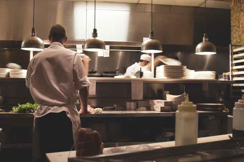 Personas trabajando para catering